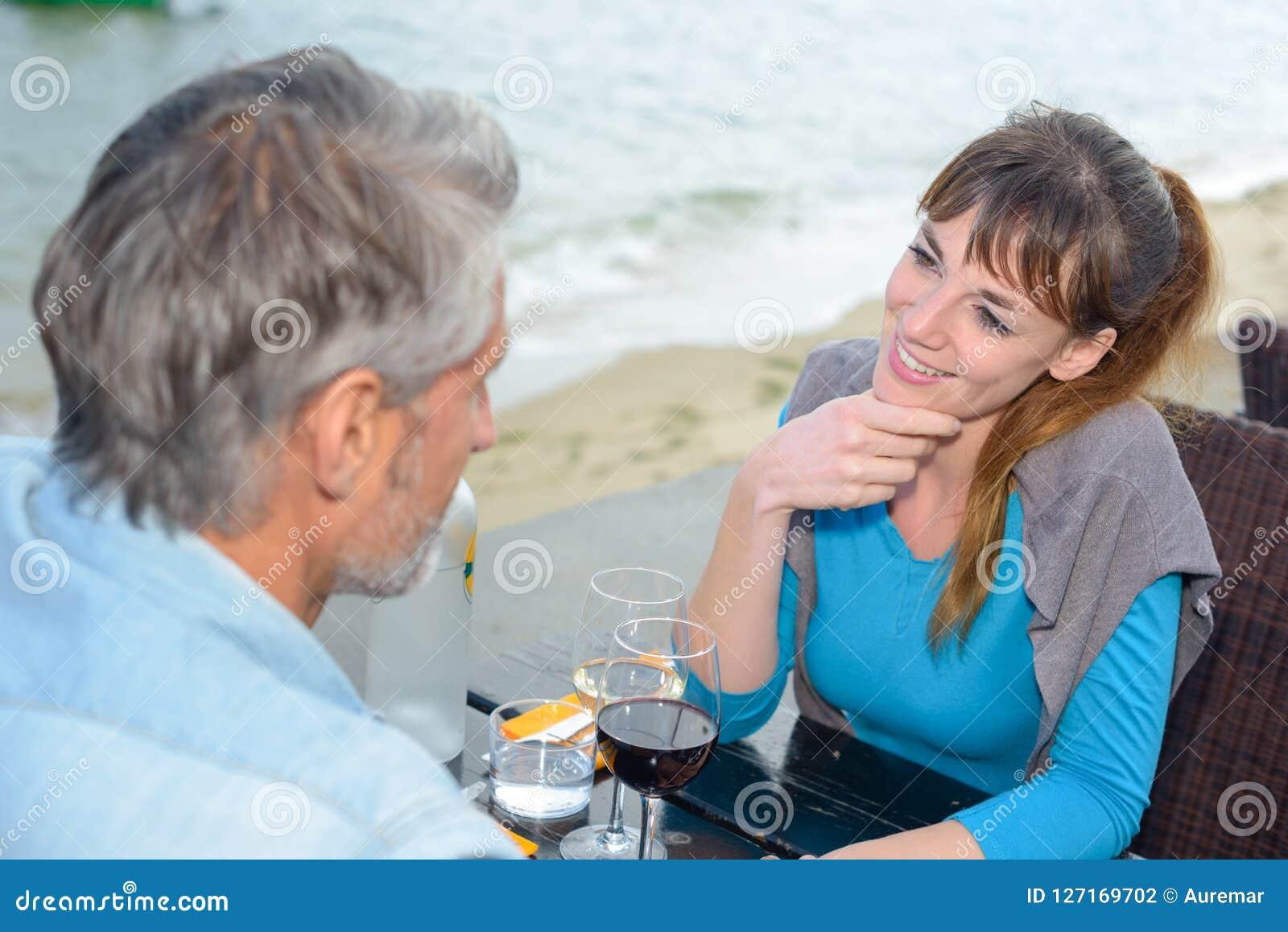 Paar die affectionately over koffielijst staren