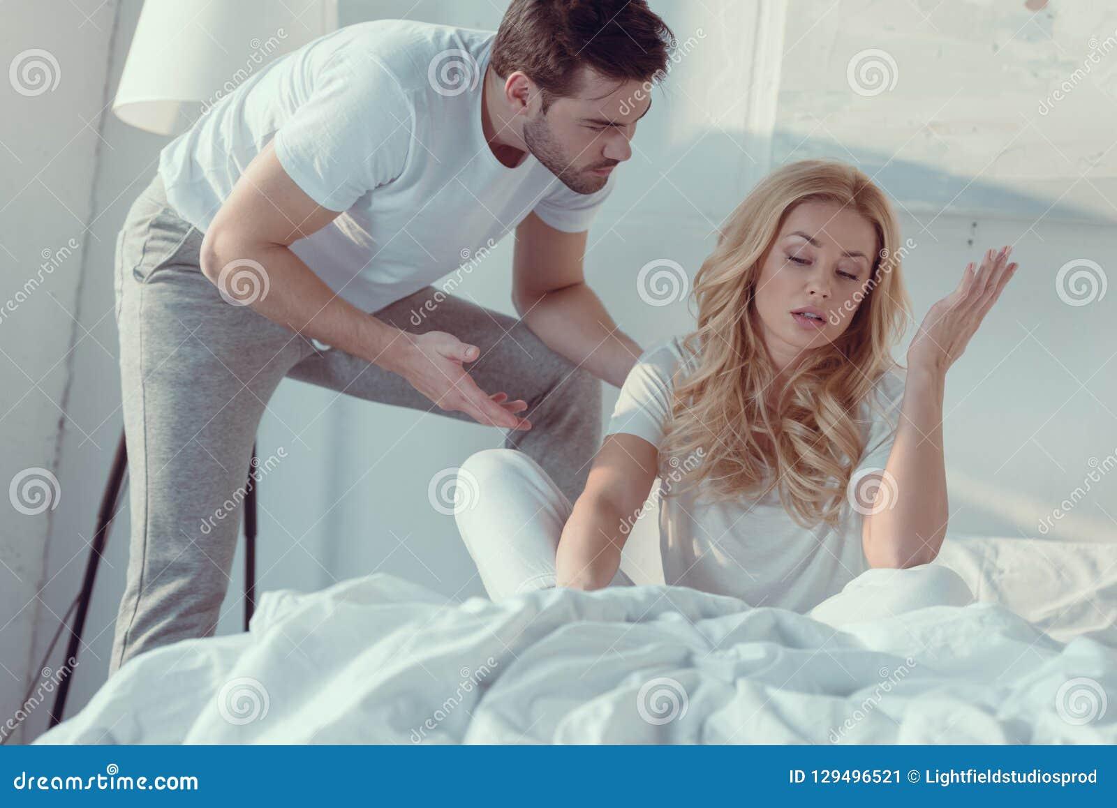 Paar die argument in slaapkamer hebben