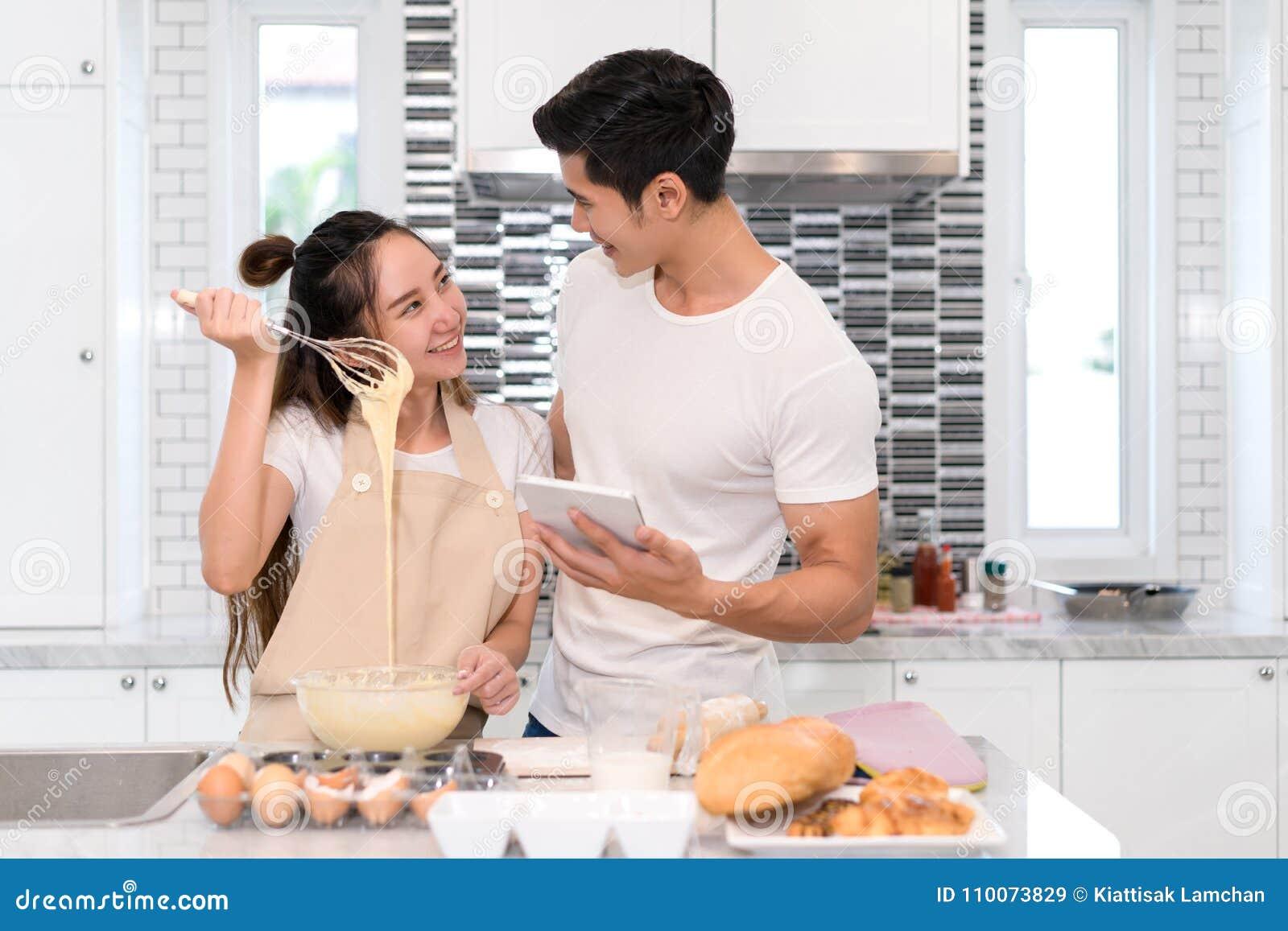 Paar die bakkerij, cake in keukenruimte, de Jonge Aziatische mens en vrouw samen maken