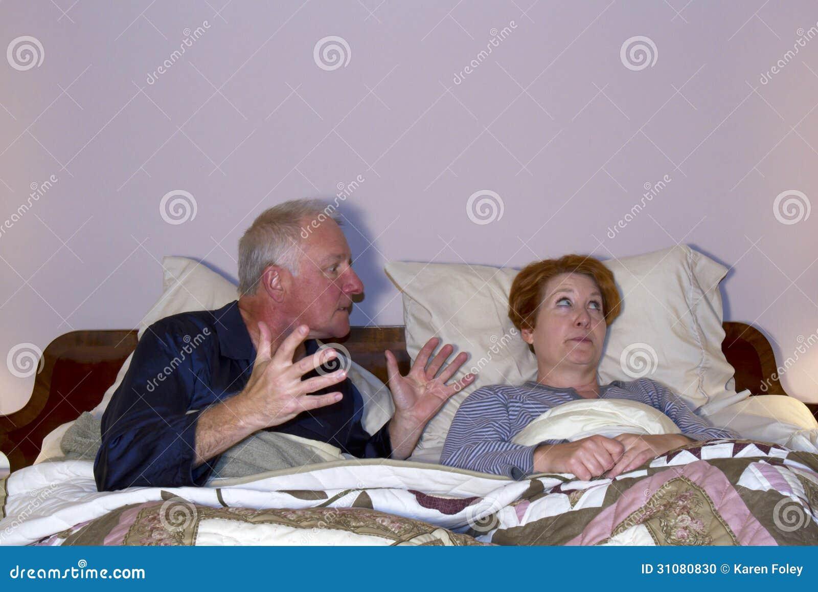 Paar die in Bed debatteren