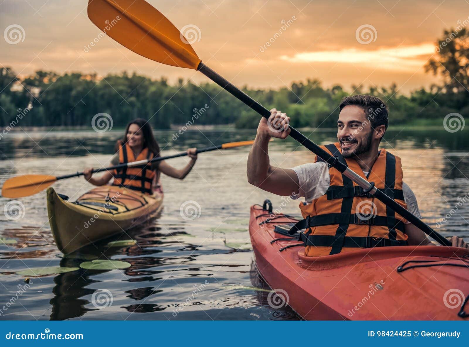 Paar die door kajak reizen