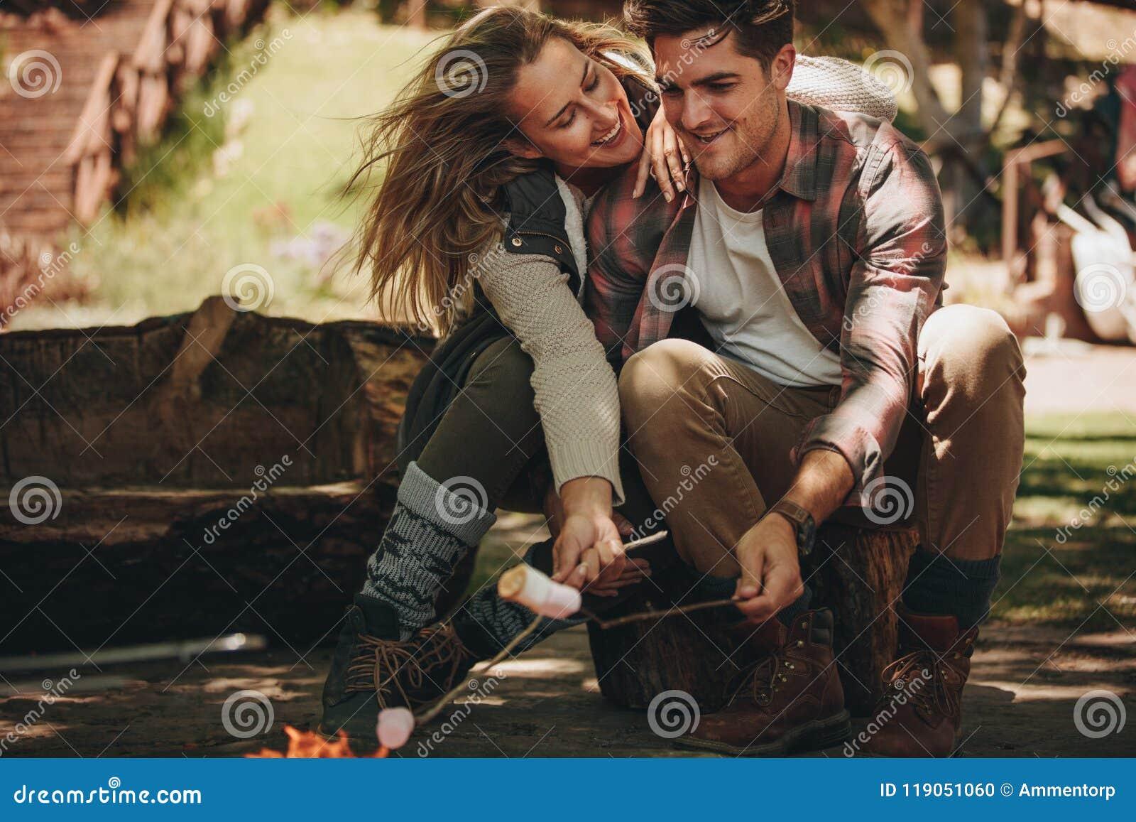 Paar die een grote tijd bij het kamperen hebben