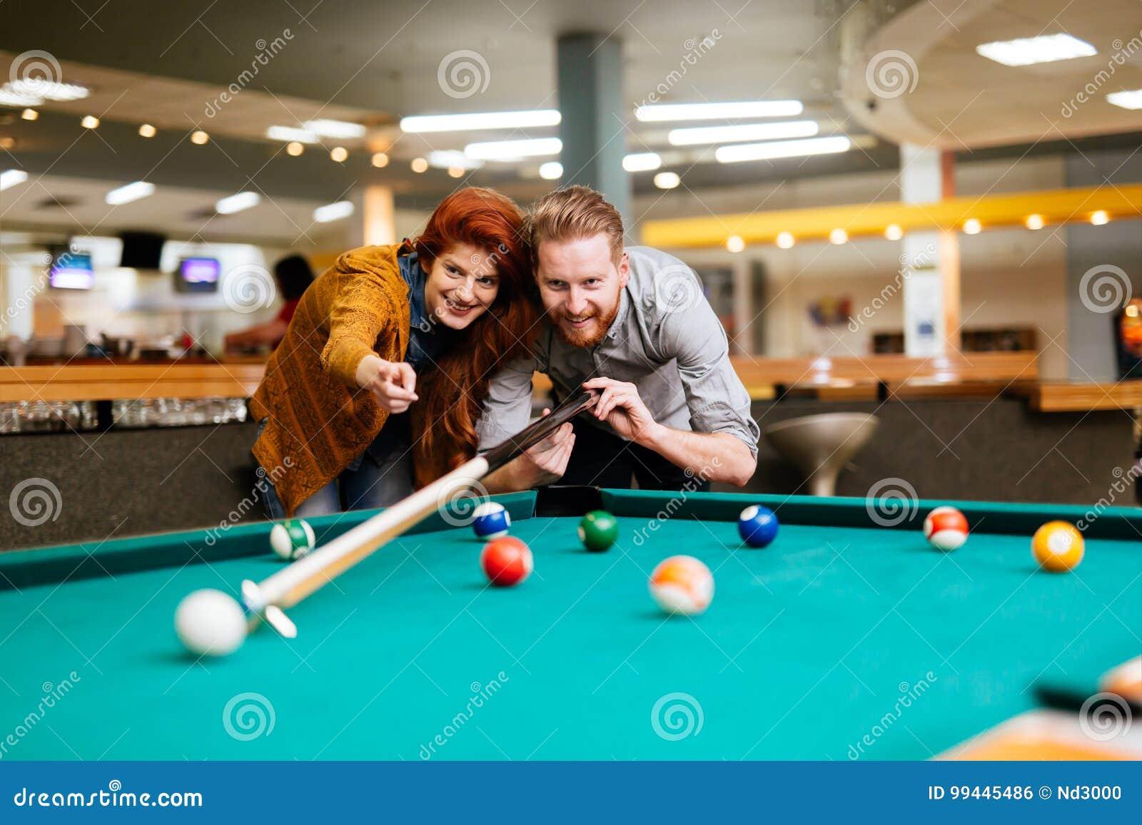Paar die en het spelen snooker dateren