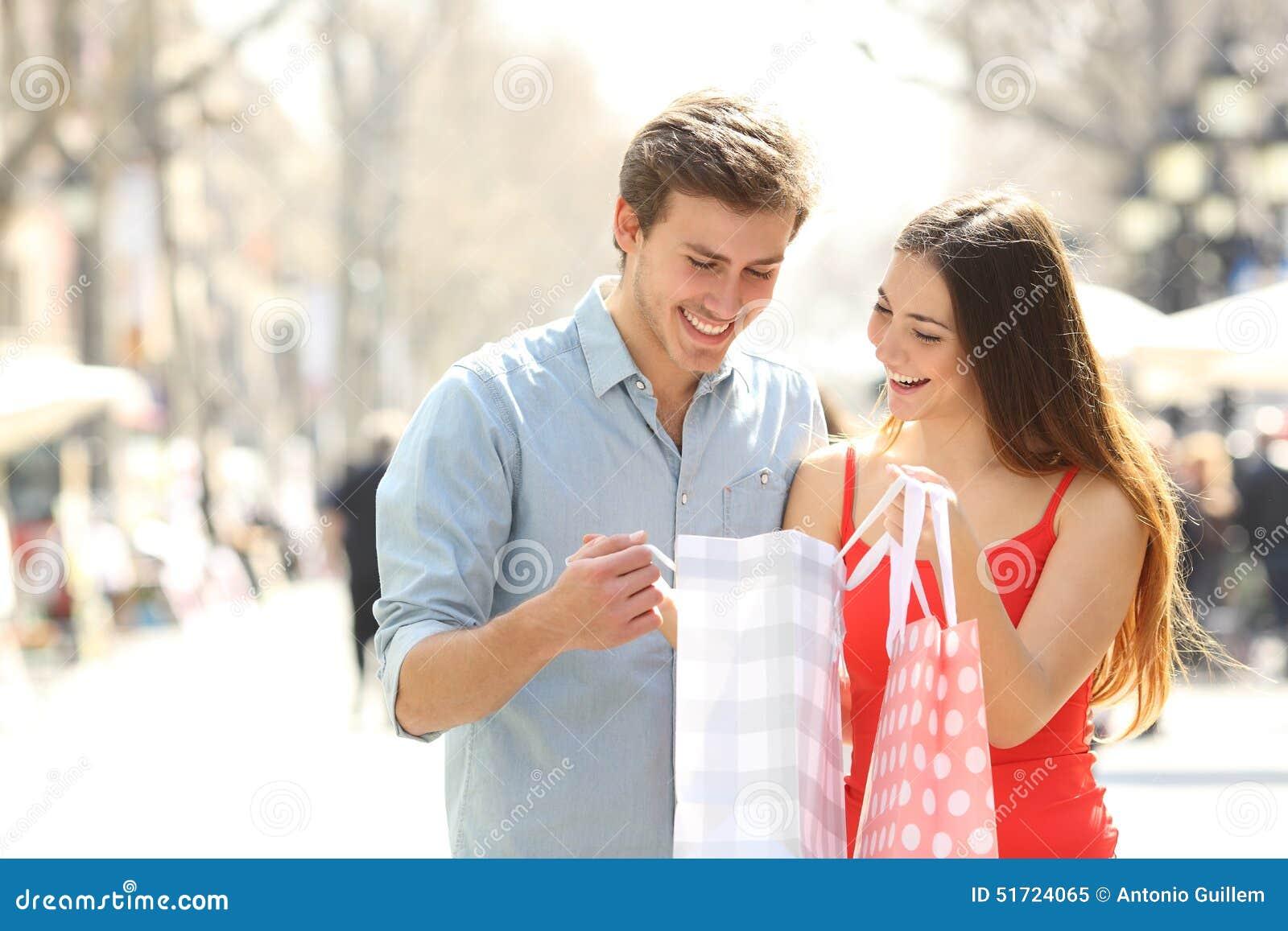 Paar die en zakken in de straat houden winkelen