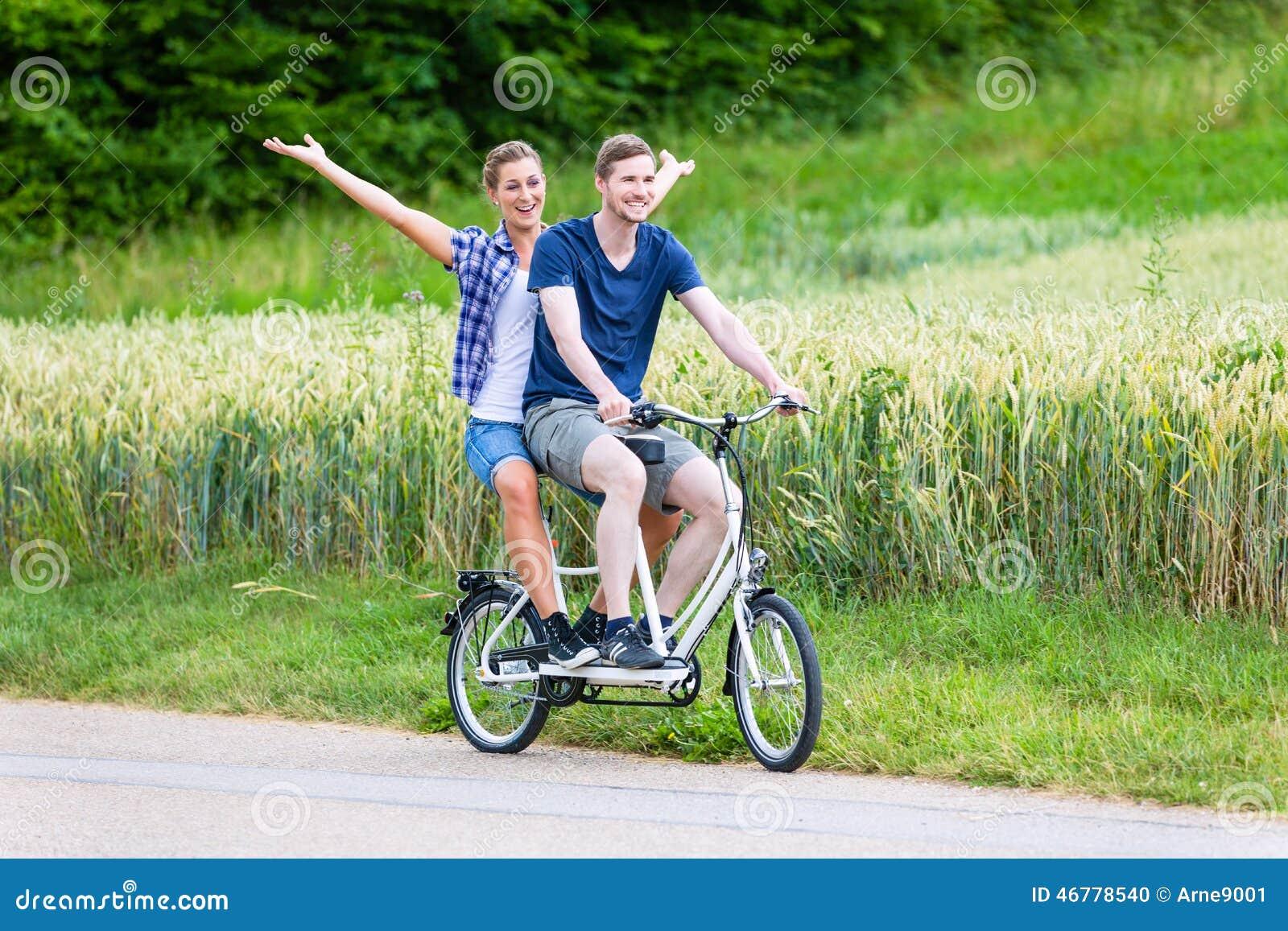 Paar die fiets achter elkaar samen in het land berijden