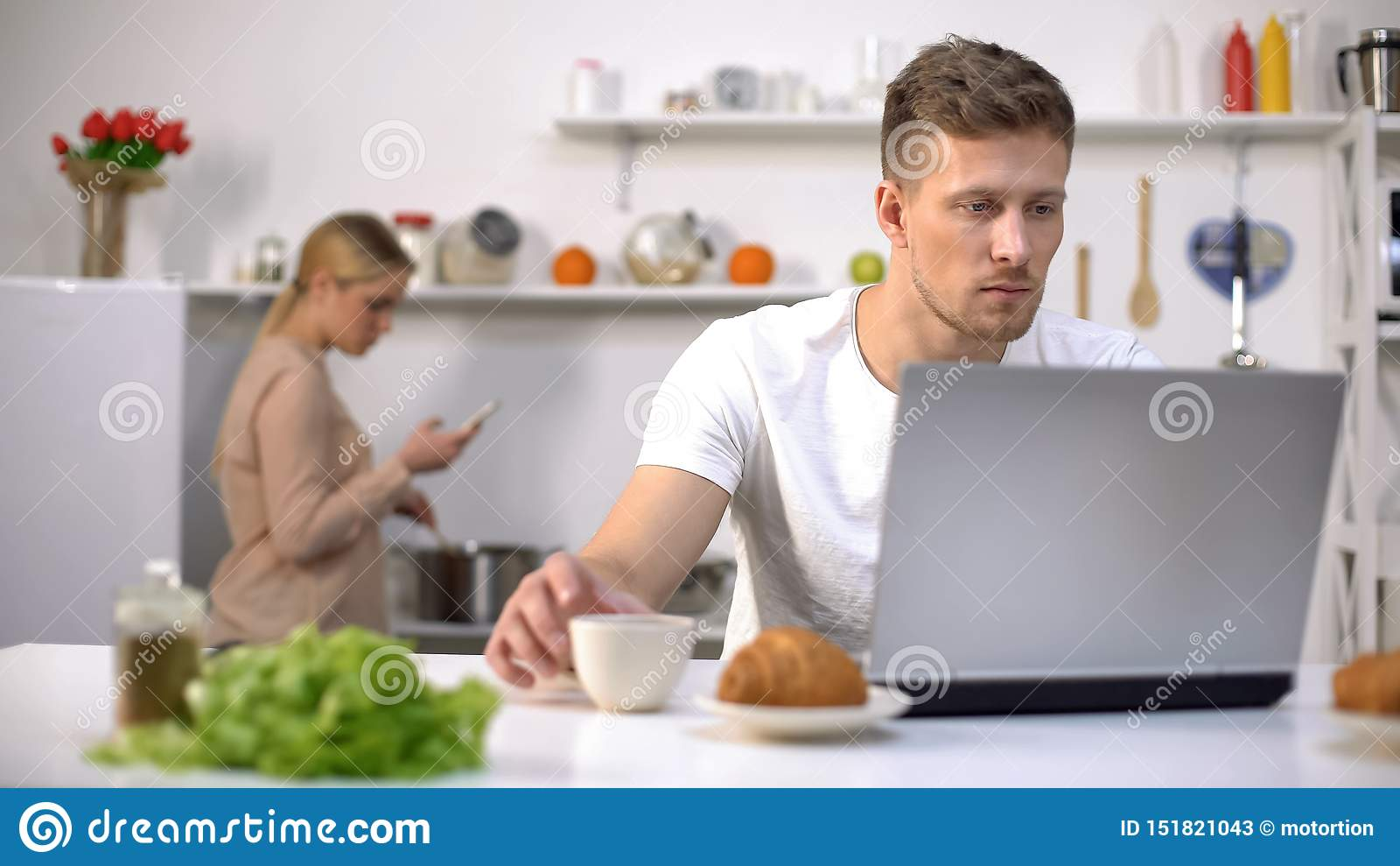 Paar die gadgets in keuken gebruiken, die levende mededeling, verslavingsconcept negeren