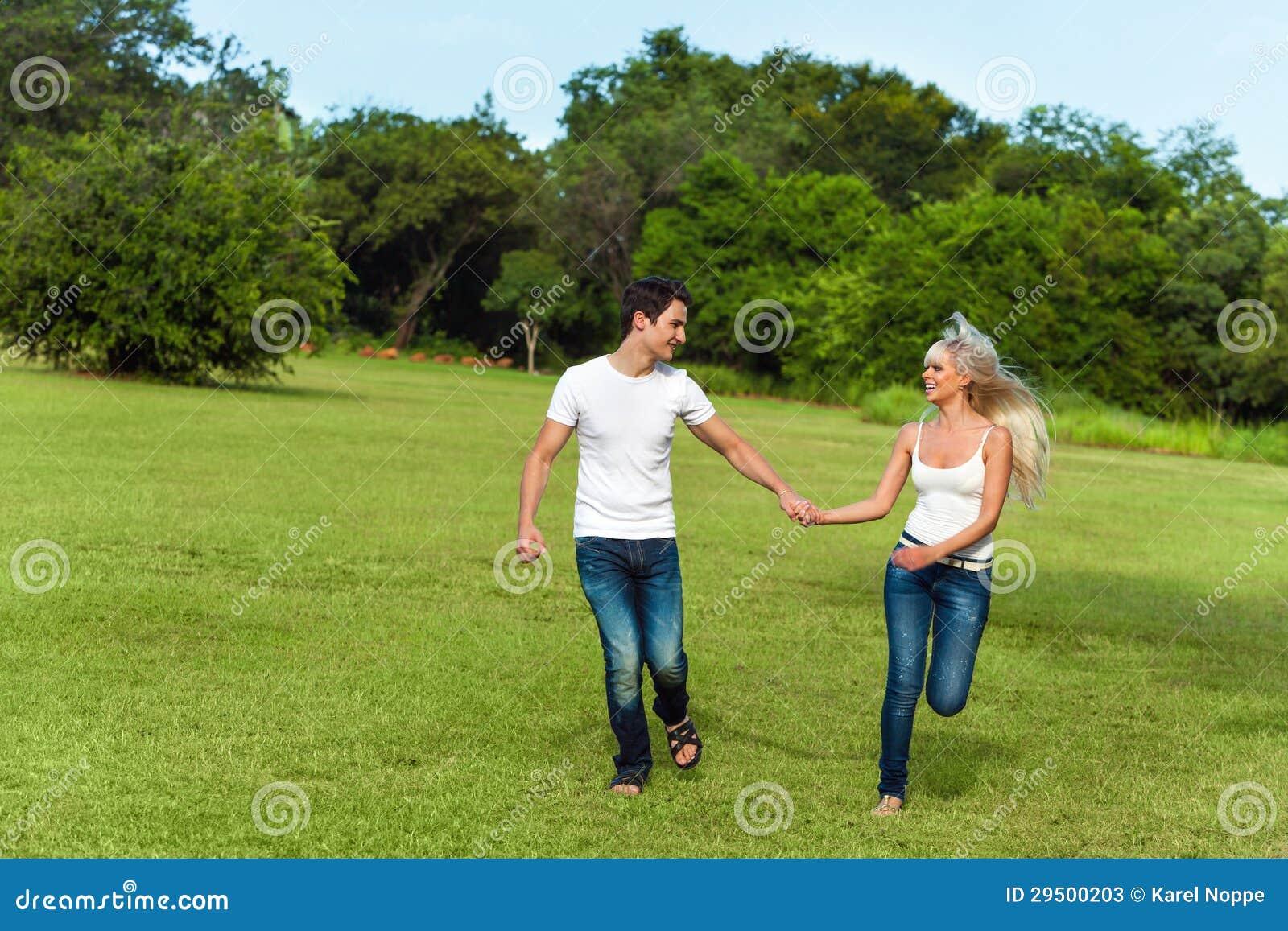 Paar die in groen park lopen.