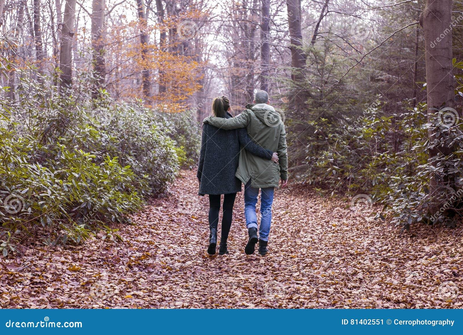 Paar die in het bos lopen