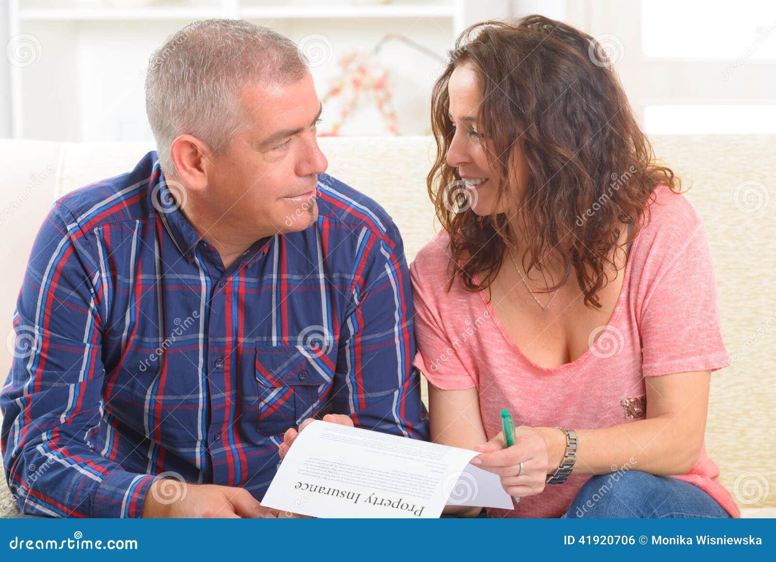 Paar die het contract van de bezitsverzekering ondertekenen