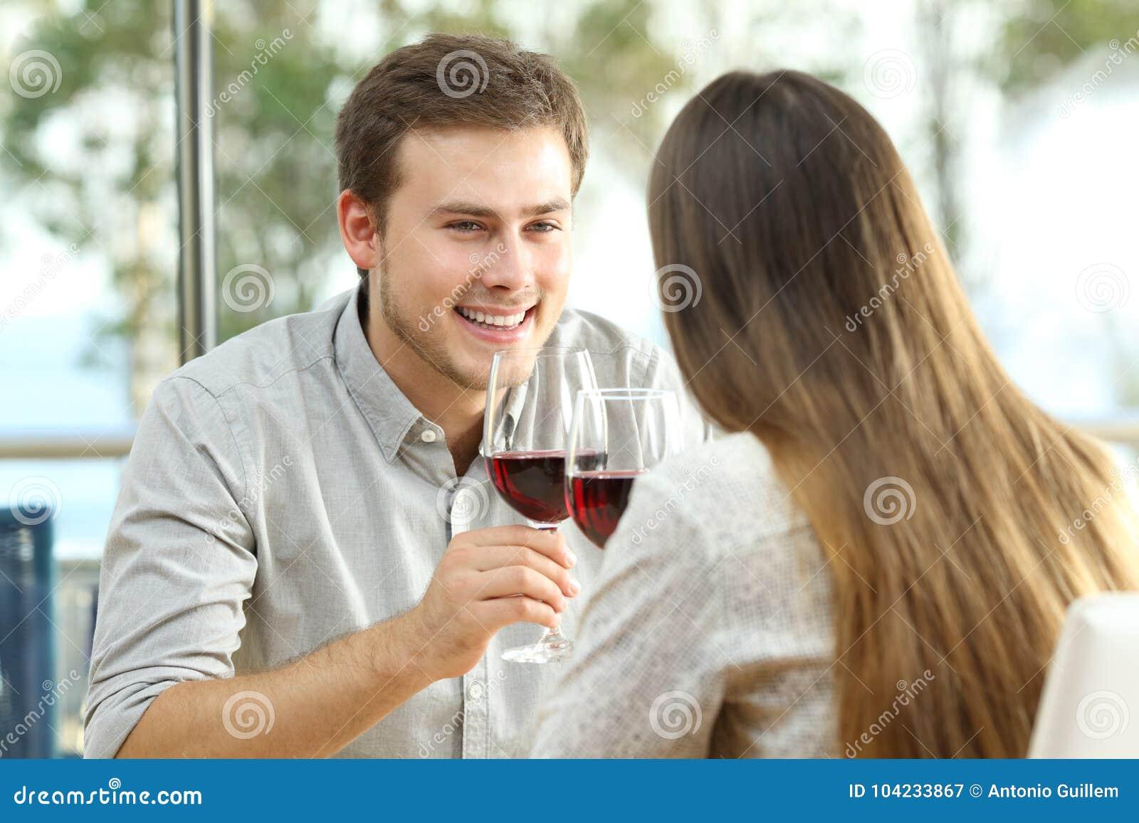 Paar die het drinken wijn in een restaurant dateren