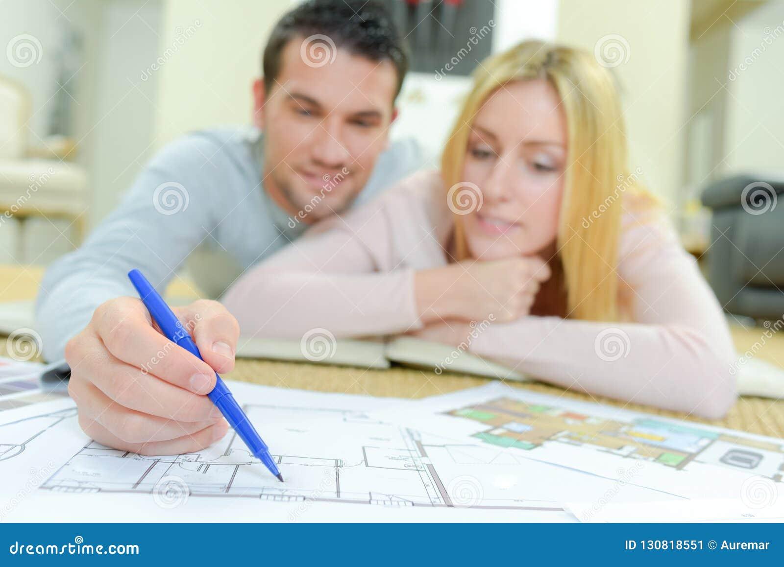 Paar die huisplannen bekijken
