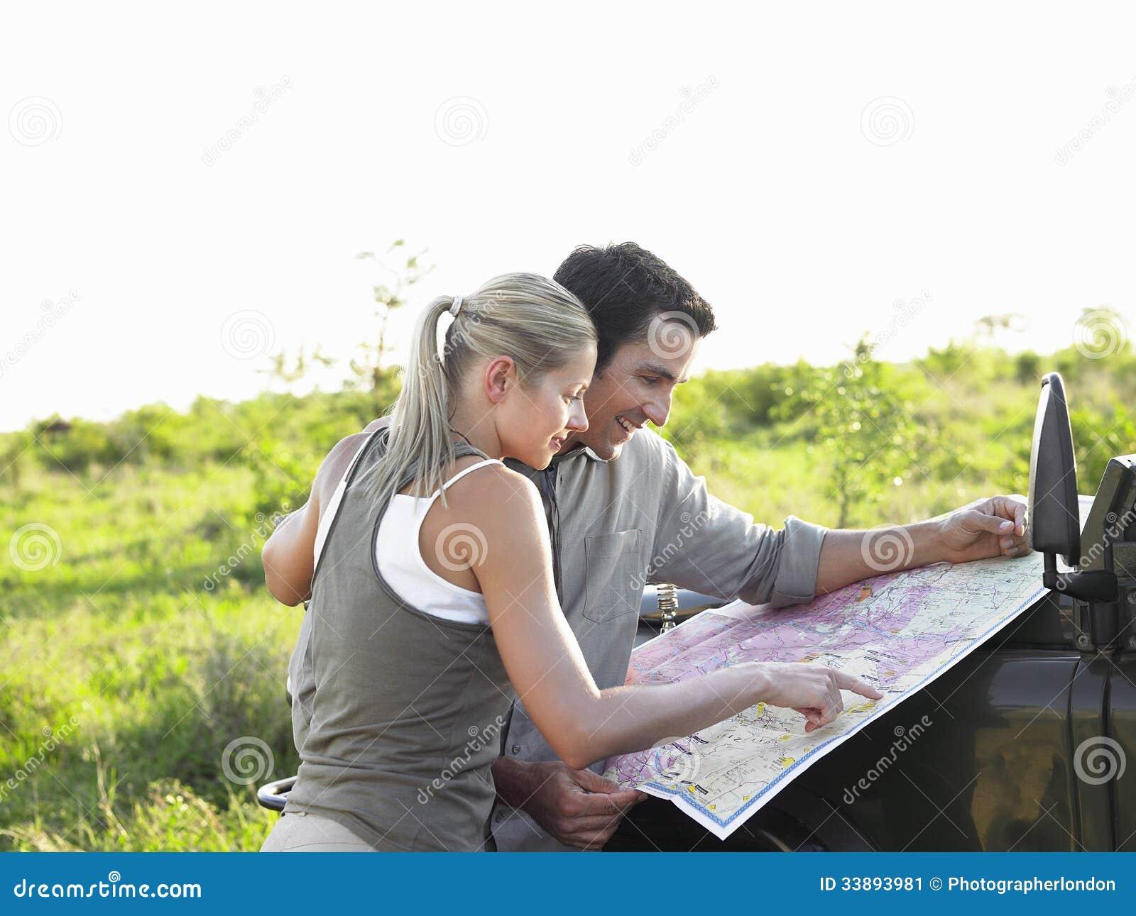 Paar die Kaart op Jeep Bonnet At Landscape bekijken
