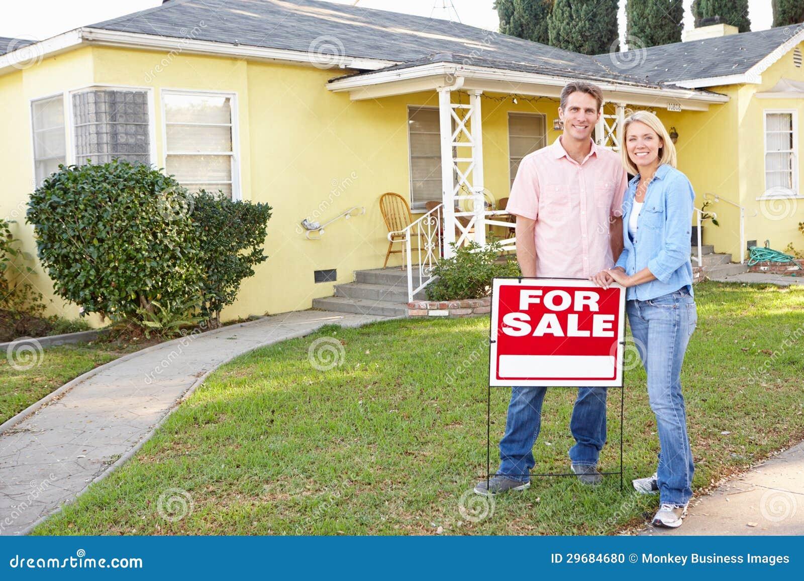 Paar die langs het Teken van de Verkoop buiten Huis betekenen