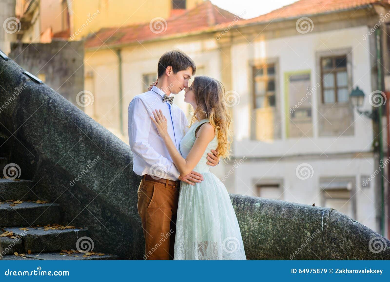Paar die in liefde rond een oud kasteel wandelen