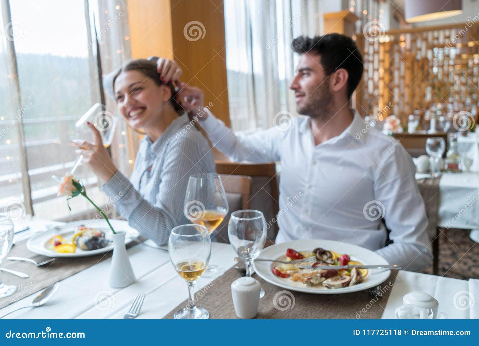 Paar die lunch hebben bij rustiek gastronomisch restaurant
