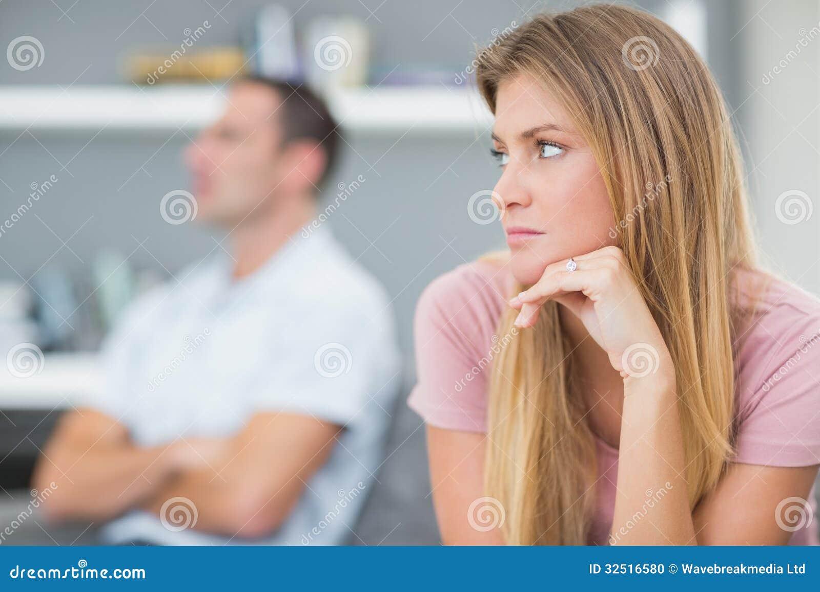 Paar die na een geschil op de laag spreken niet