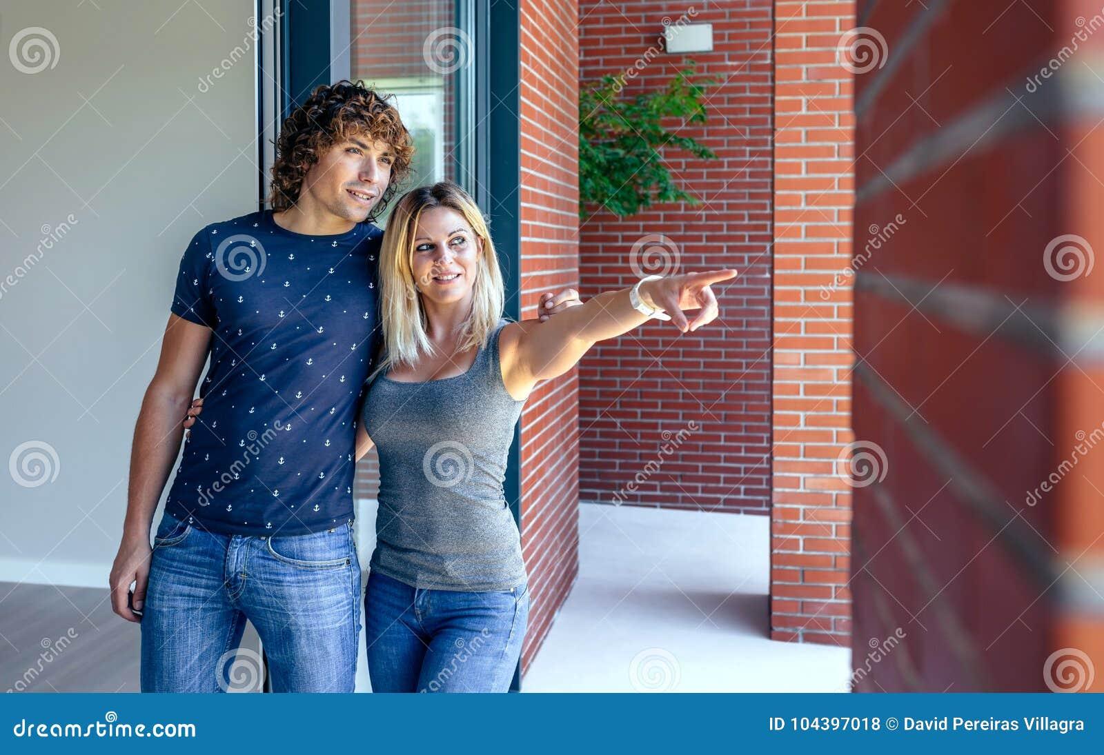 Paar die op nieuw huis letten om het te kopen