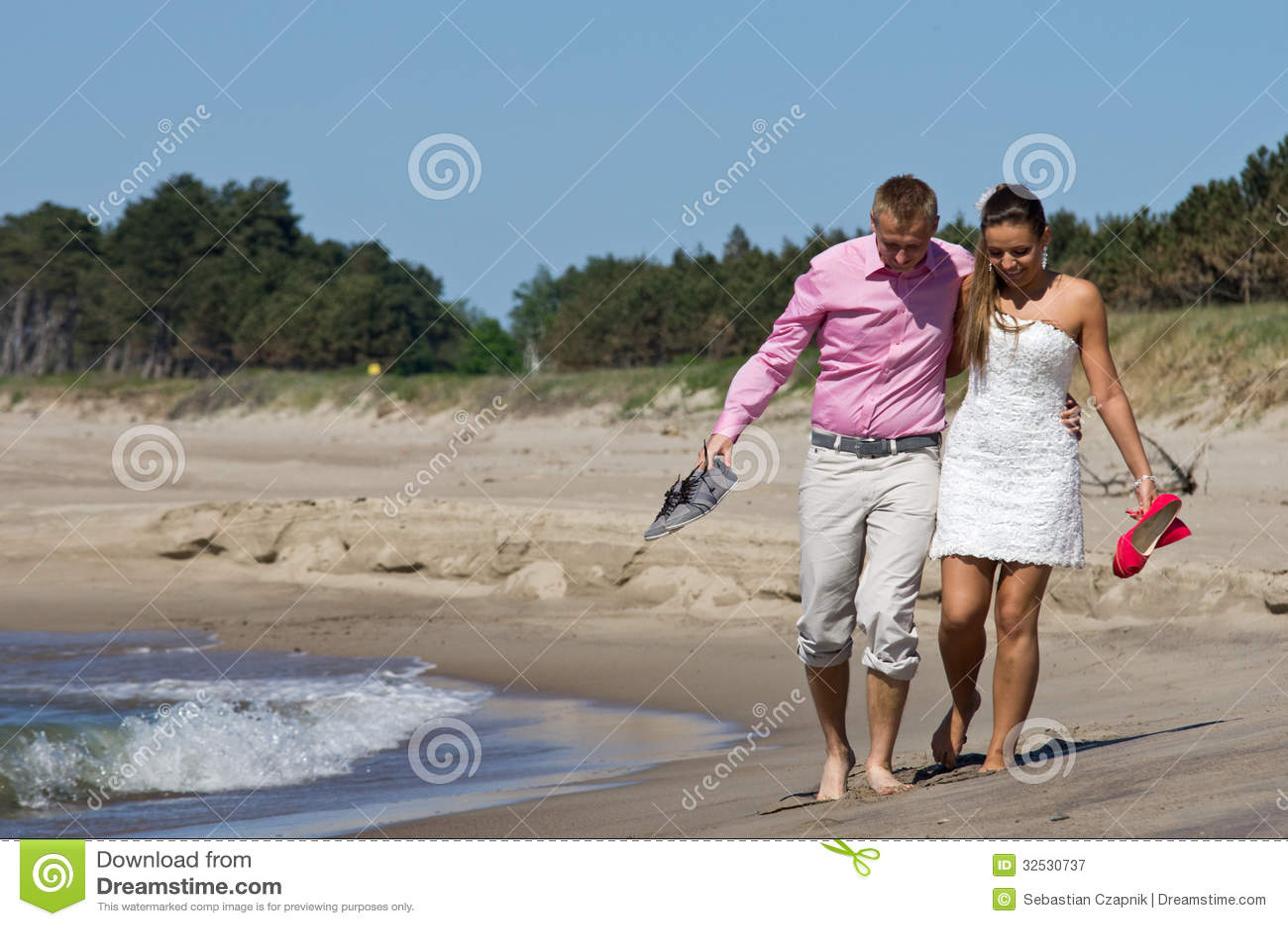 Paar die op strand lopen