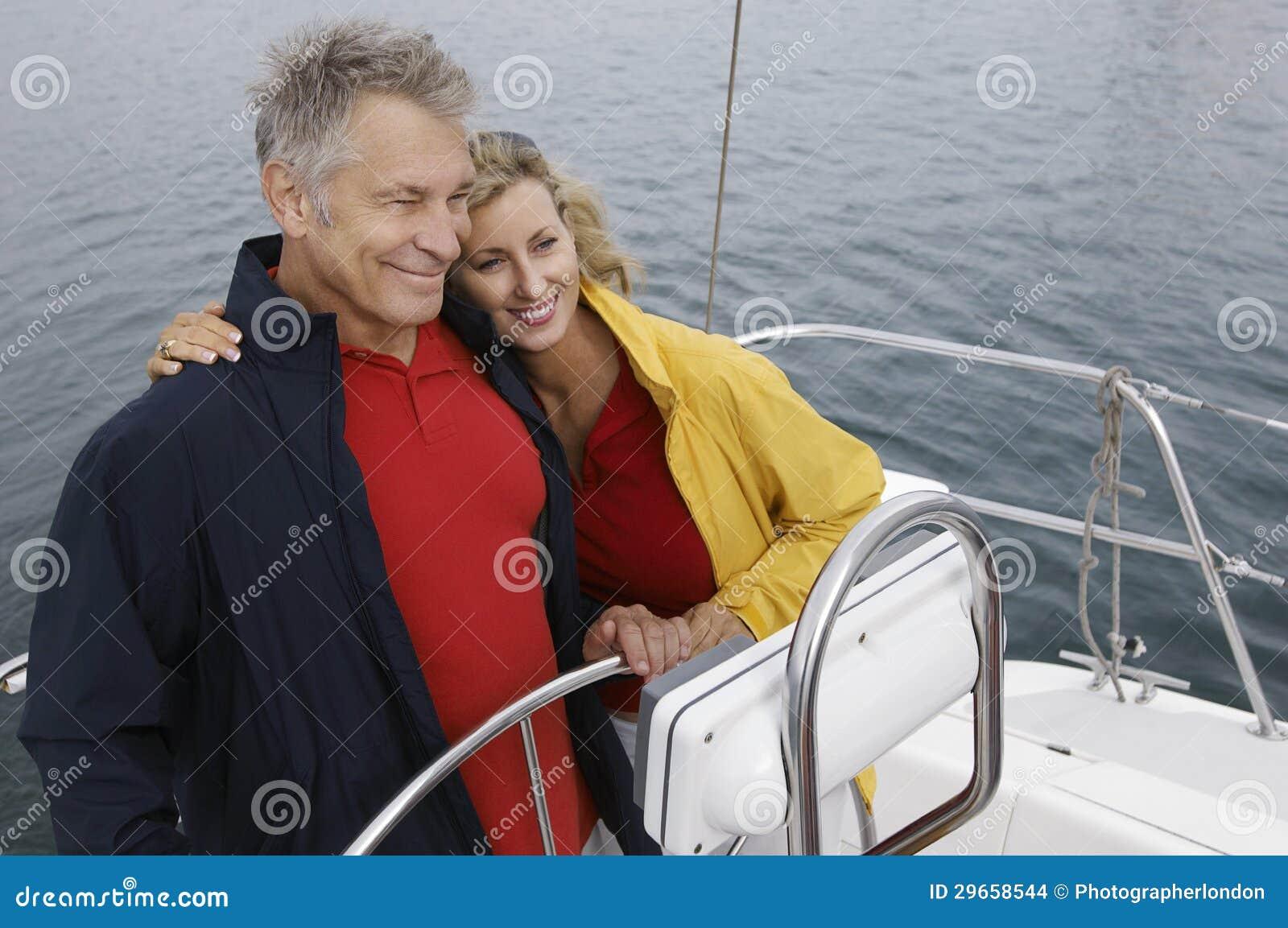 Paar die op Zeilboot omhelzen
