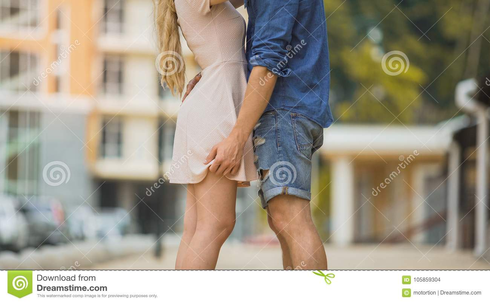 Paar die passionately in stadsstraat omhelzen, tedere verhouding, veilig geslacht