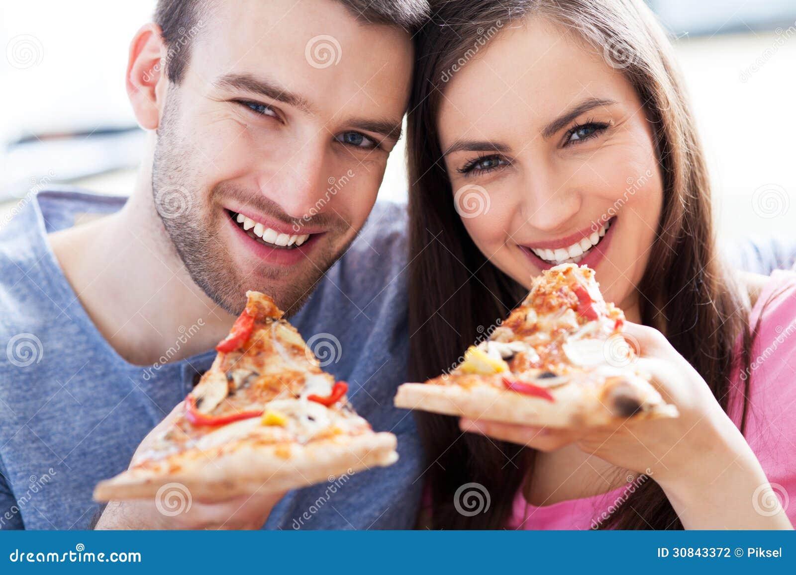 Paar die pizza eten