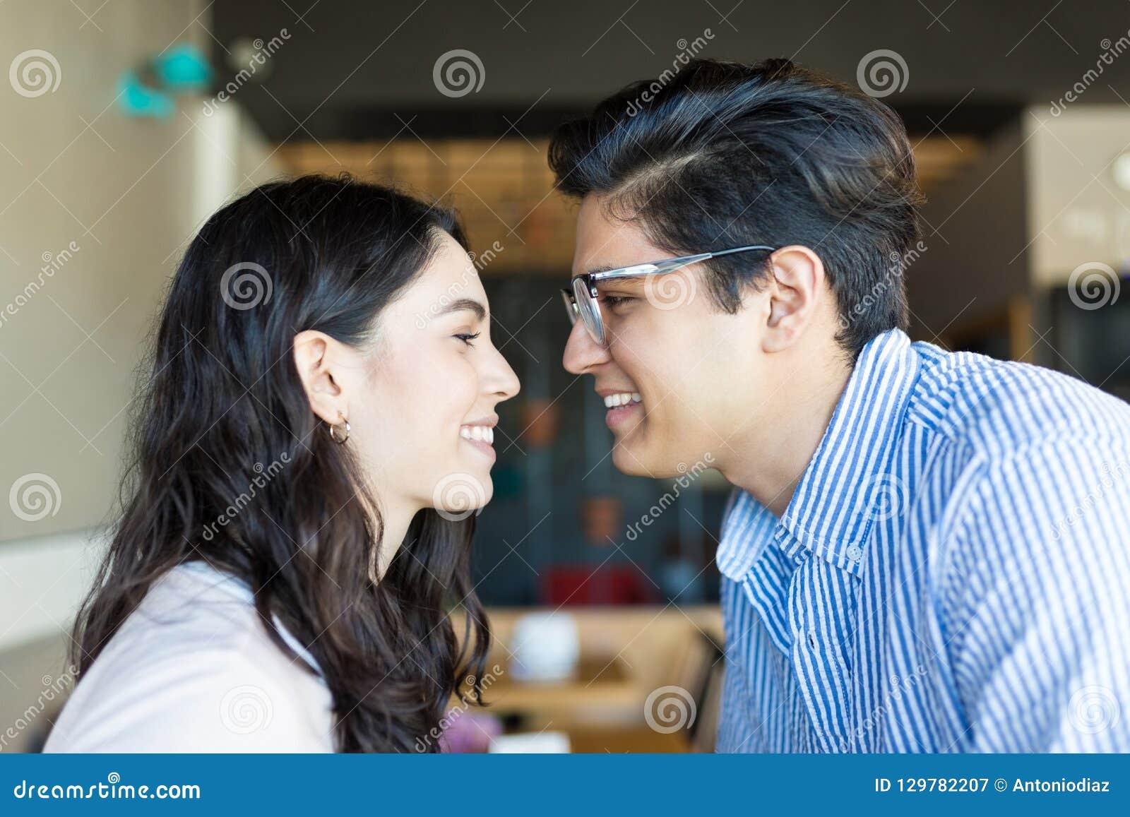 Paar die Positief Gevoel van het Houden van van elkaar in Koffie tonen