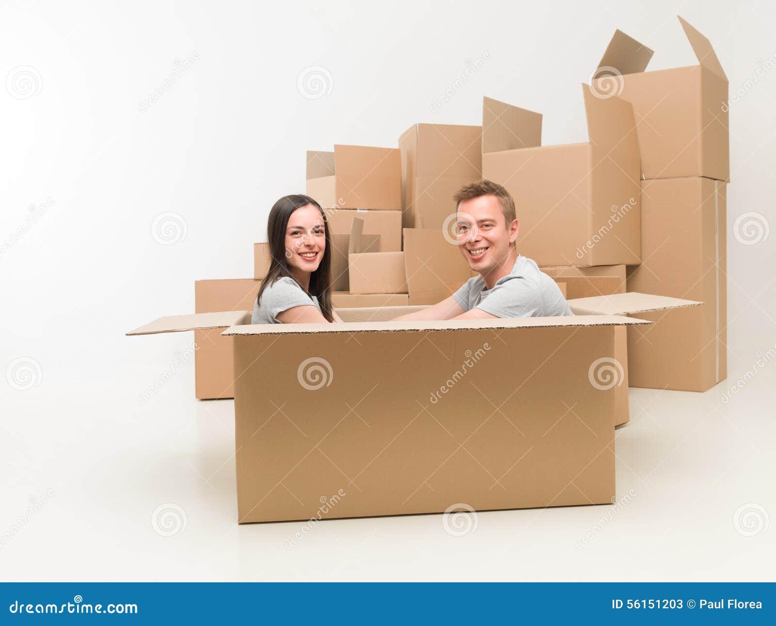 Paar die pret in nieuw huis hebben