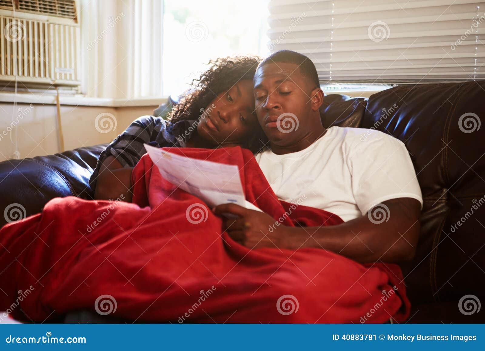 Paar die Rekeningen bekijken die Warme Onderdeken thuis houden