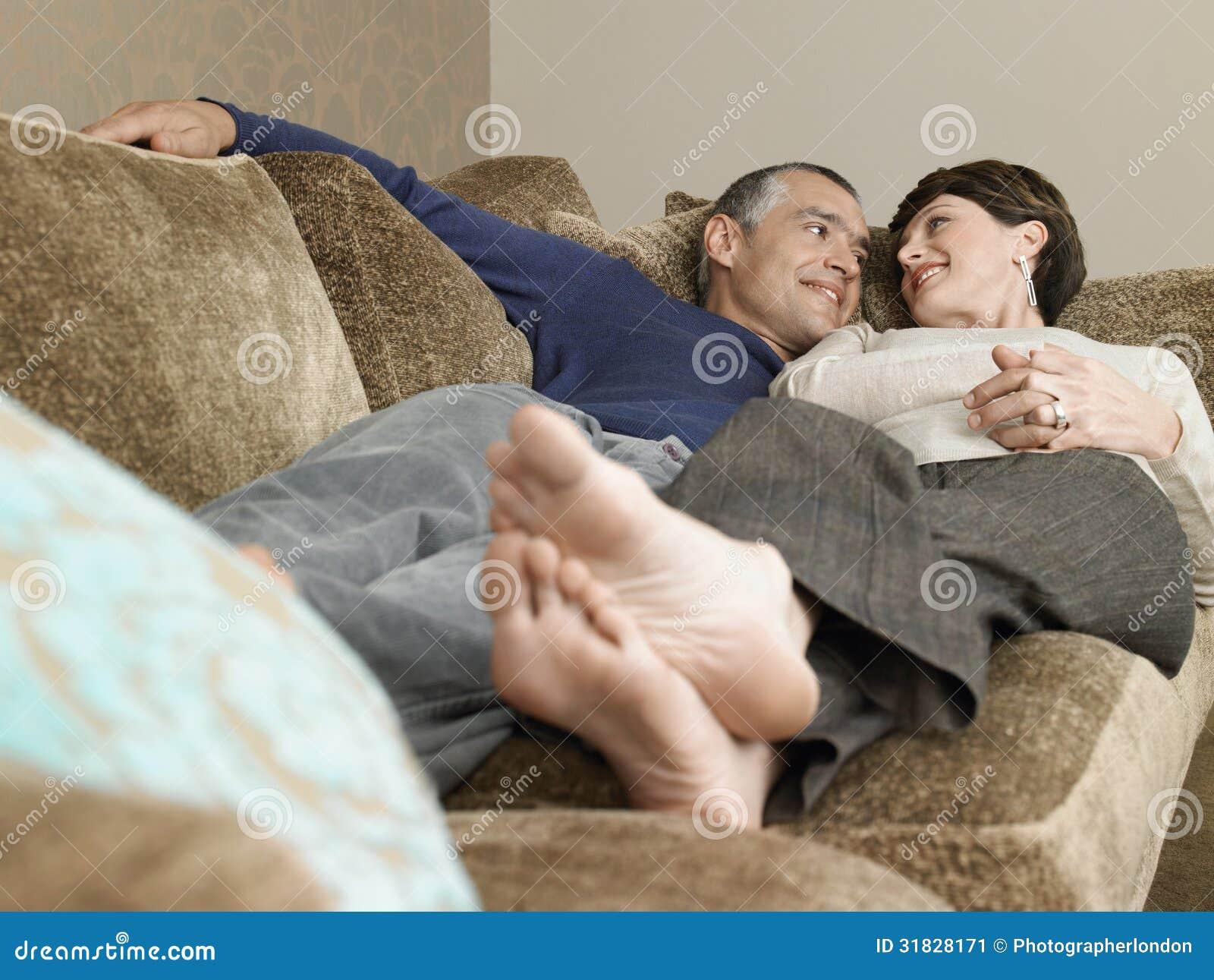 Paar die samen op bank liggen stock afbeelding beeld 31828171 - Bank thuis van de wereld ...