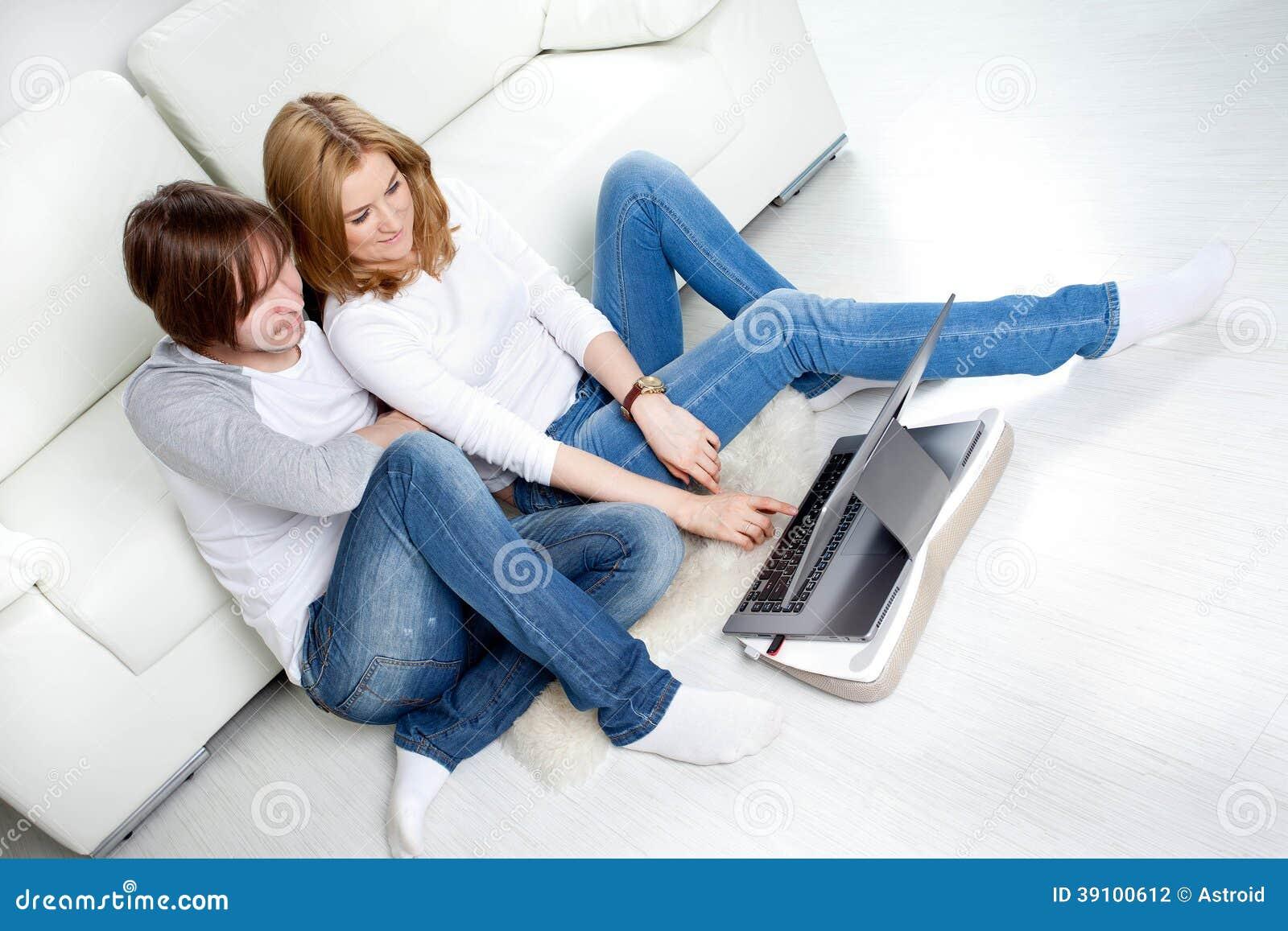 Paar die thuis ontspannen