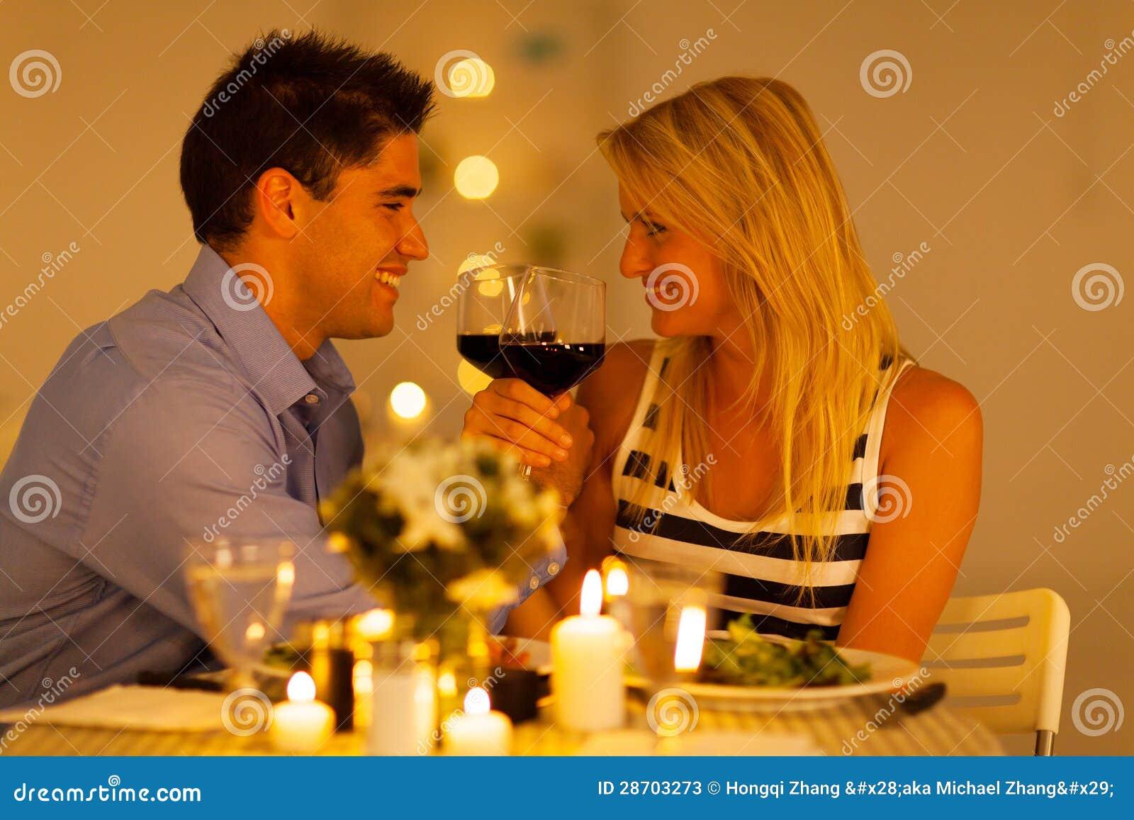 Paar die van wijn genieten
