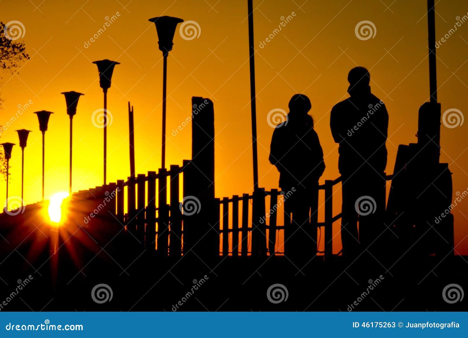 Paar die zonsopgang bekijken