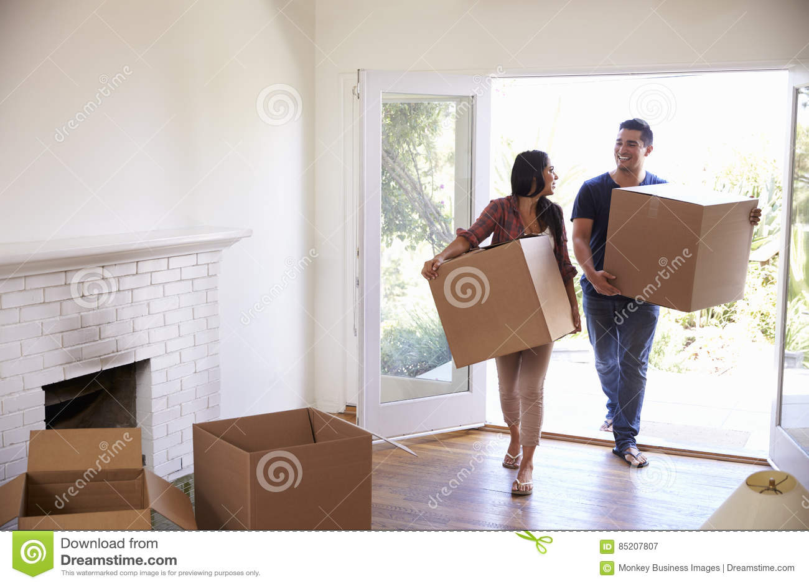 Paar Dragende Dozen in Nieuw Huis bij het Bewegen van Dag