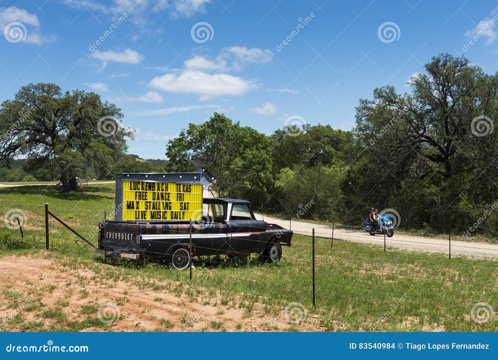 Paar In Een Motor Die Door Een Vrachtwagen Met Een Teken Voor Een