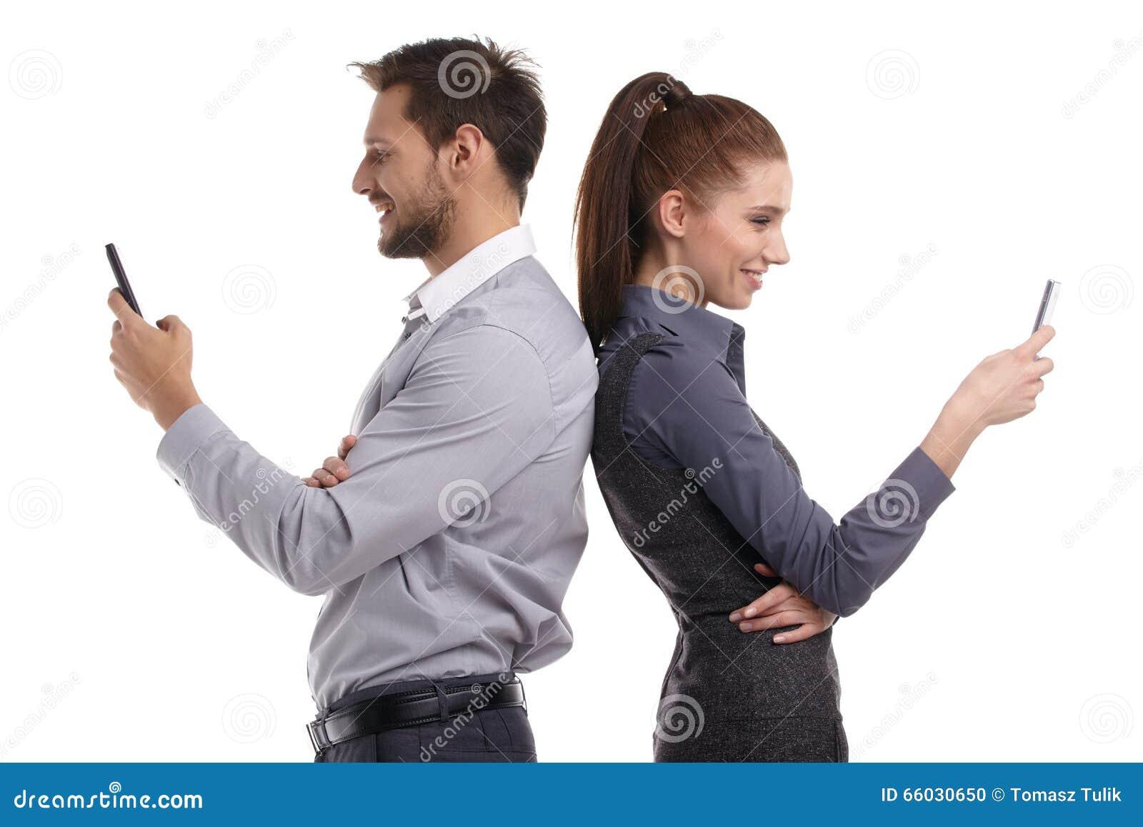 Paar en geheim bericht op celtelefoon