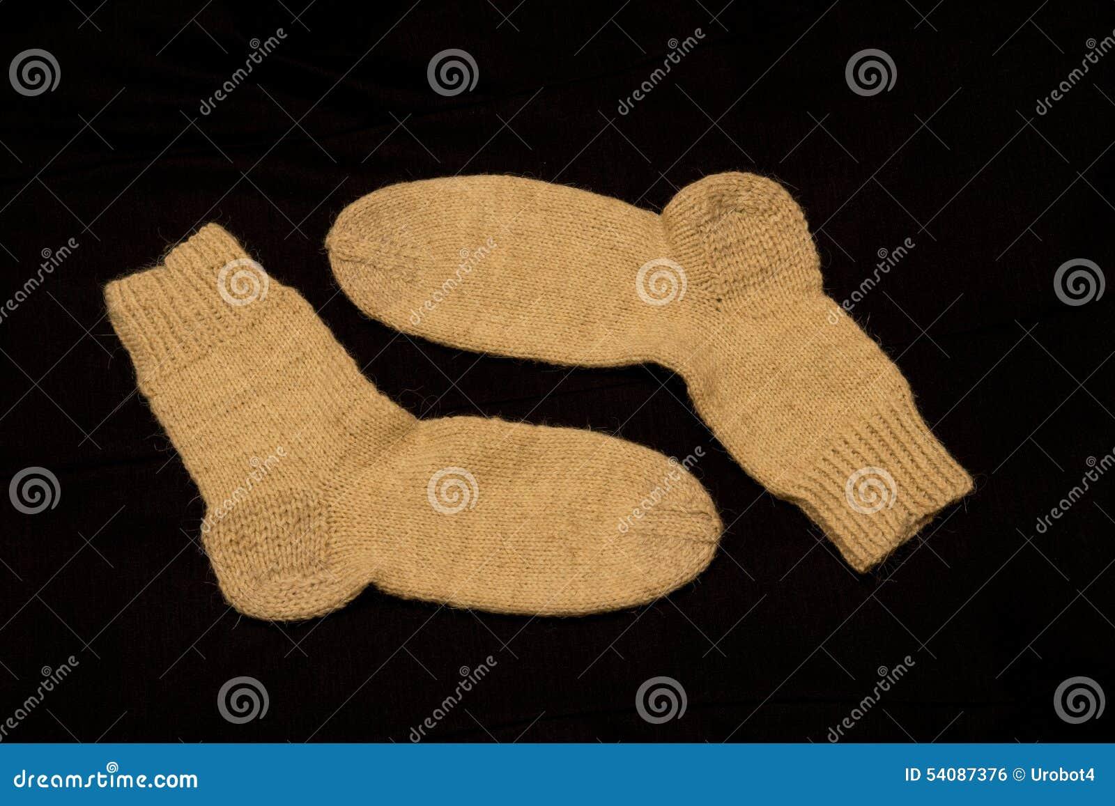 Paar Gebreide Sokken op Donkere Achtergrond