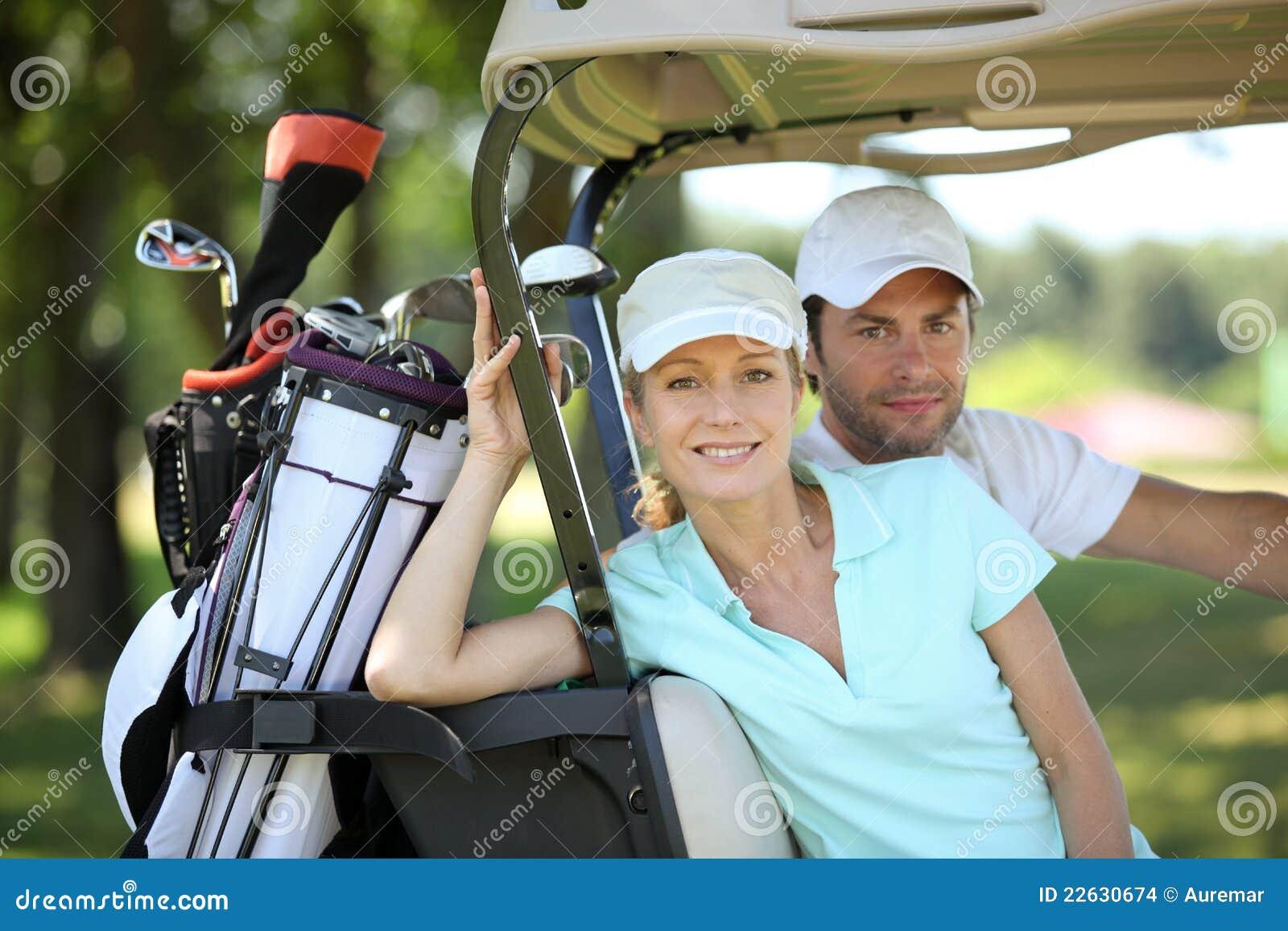 Paar in golfkar