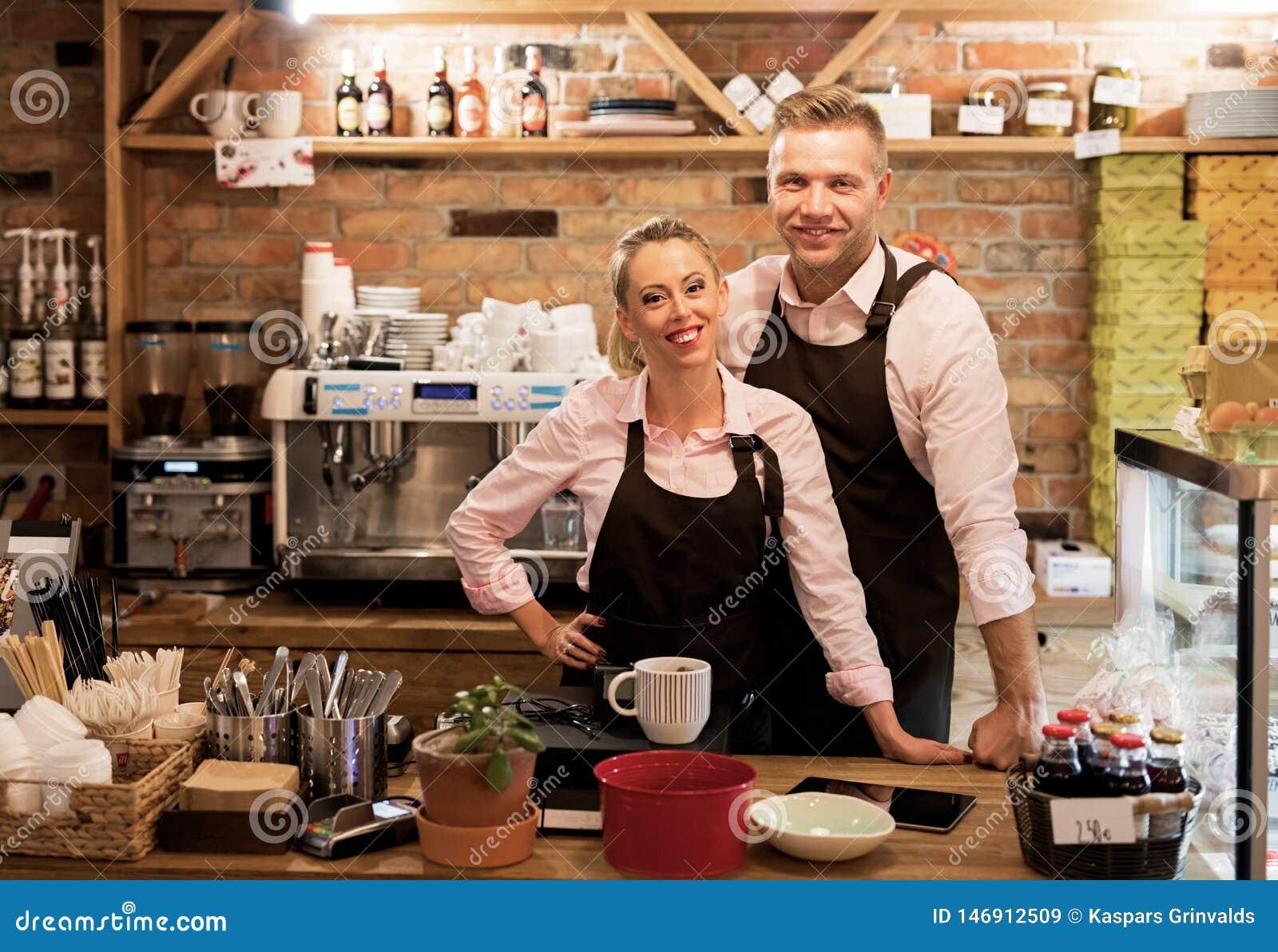 Paar hat ihr eigenes Café begonnen