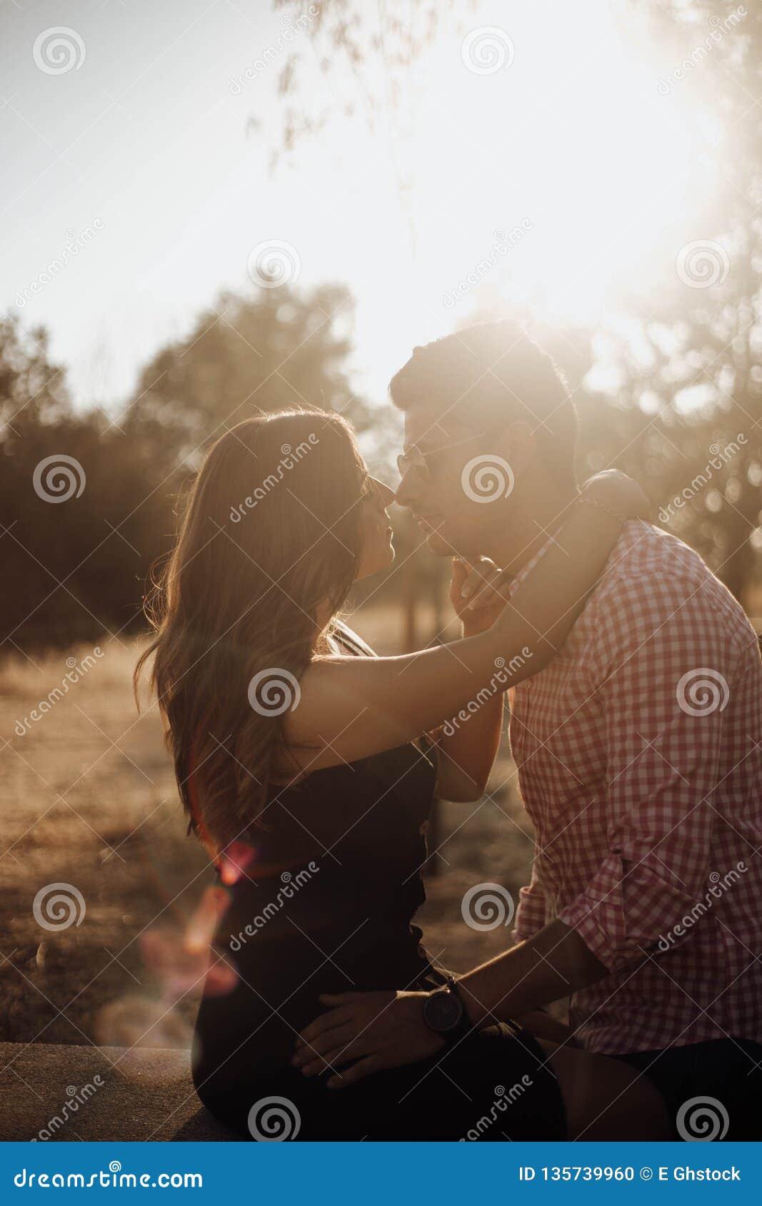 Paar het kussen bij zonsondergang in de zomer