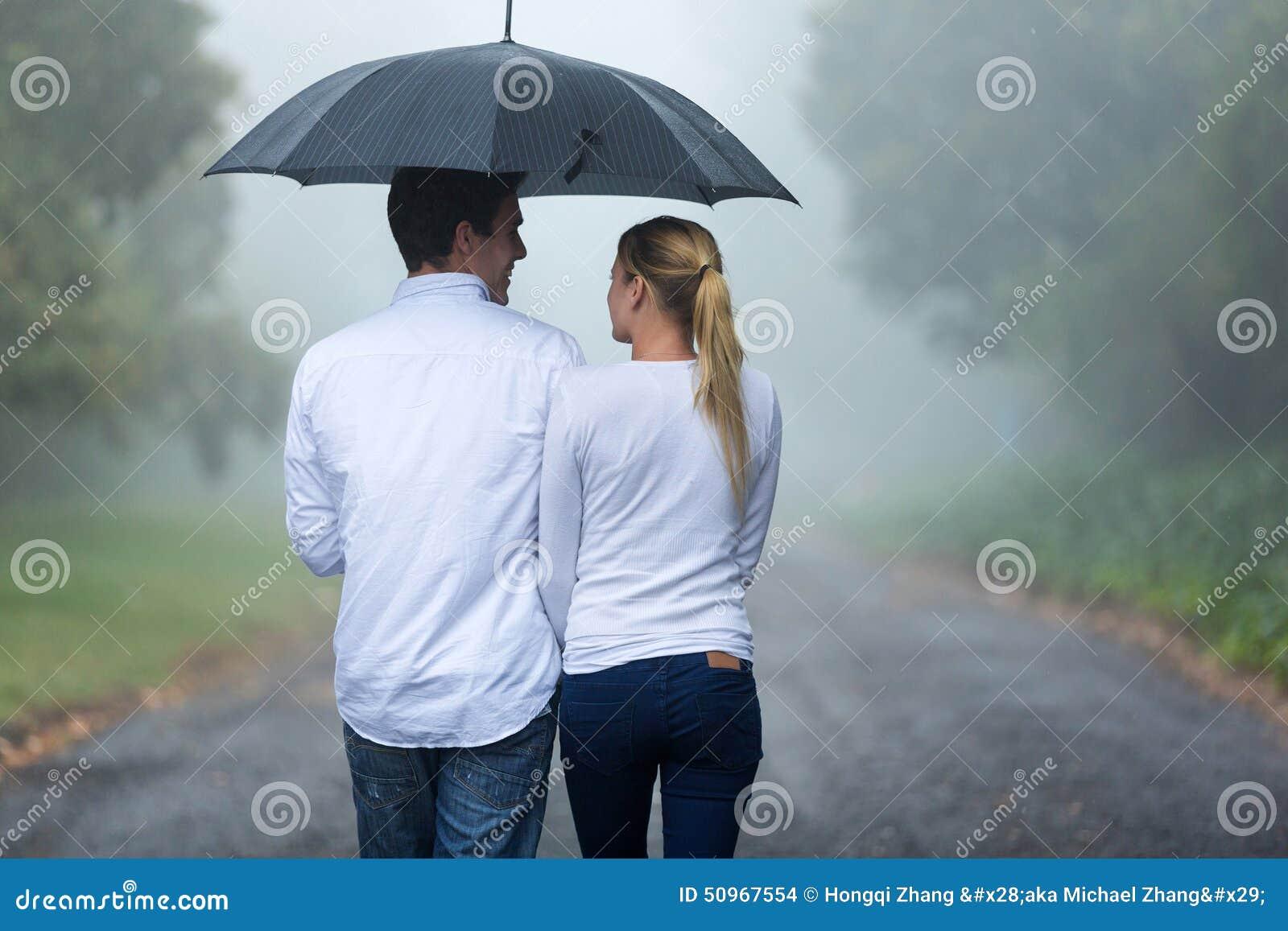 Paar het lopen regen