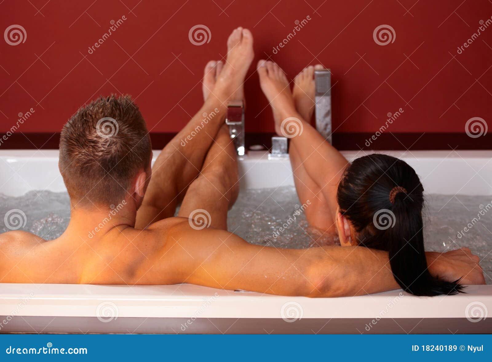 Paar in Jacuzzi met omhoog voeten
