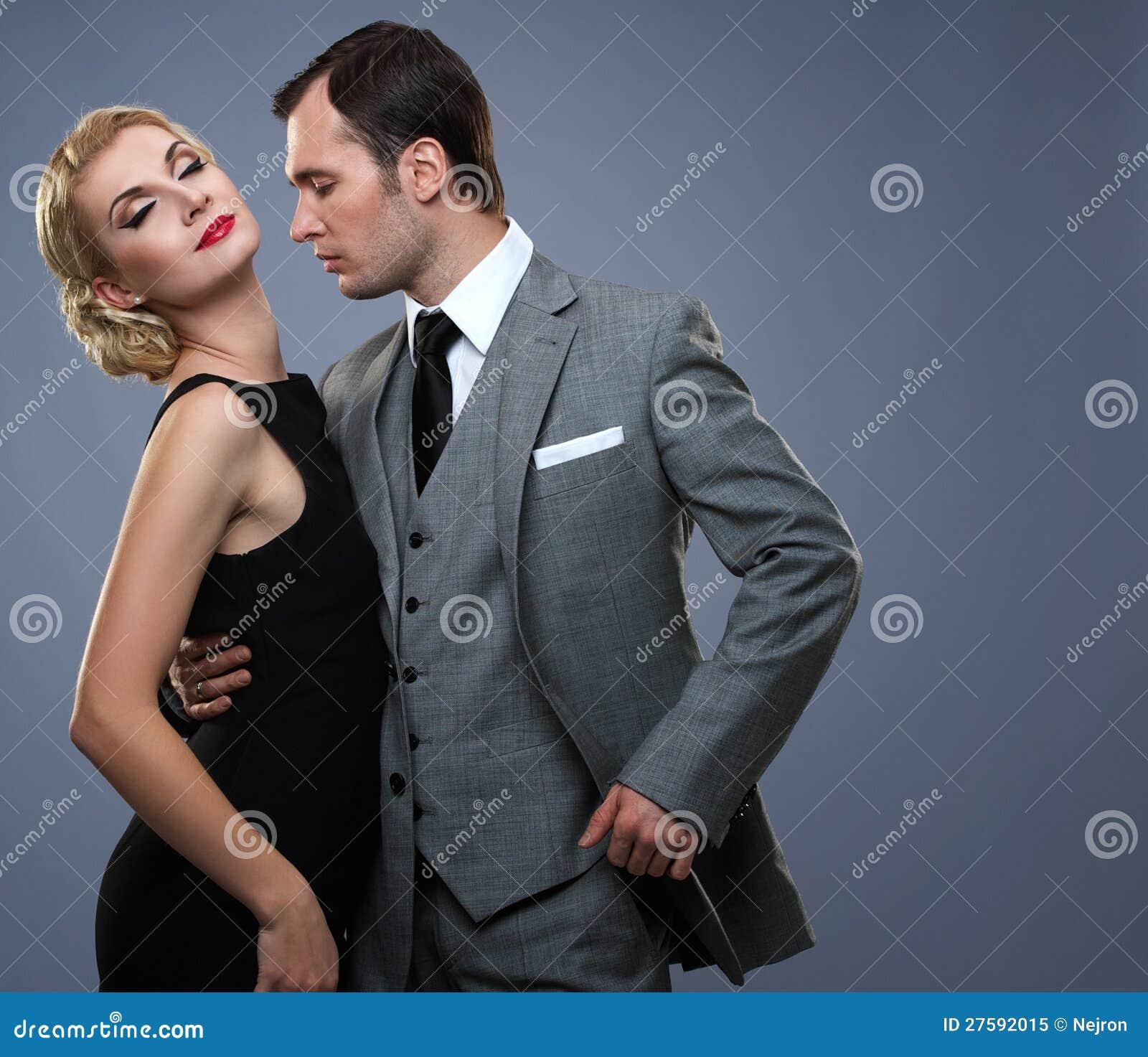 Paar in klassiek kledingstuk samen