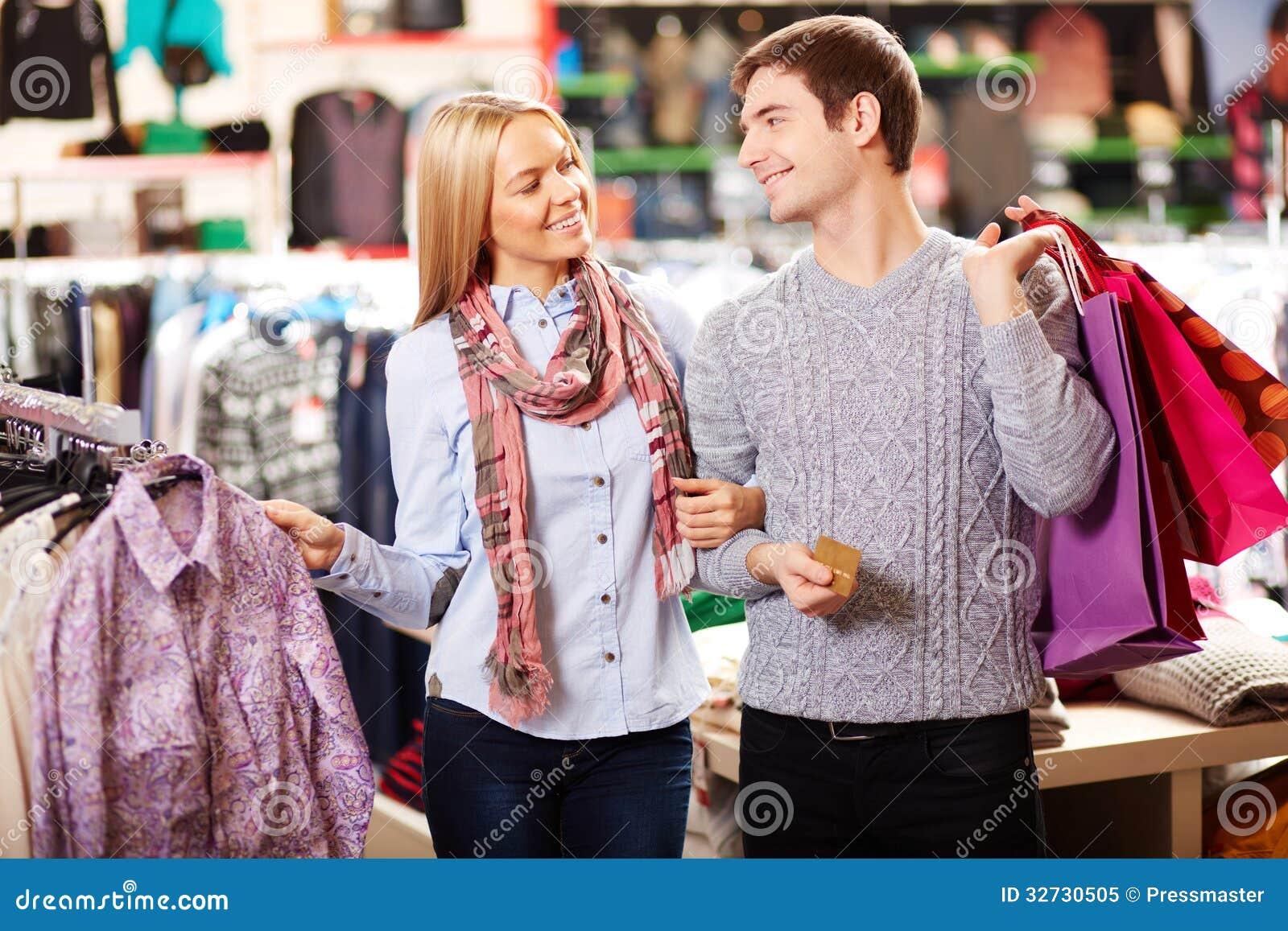Paar in klerenafdeling