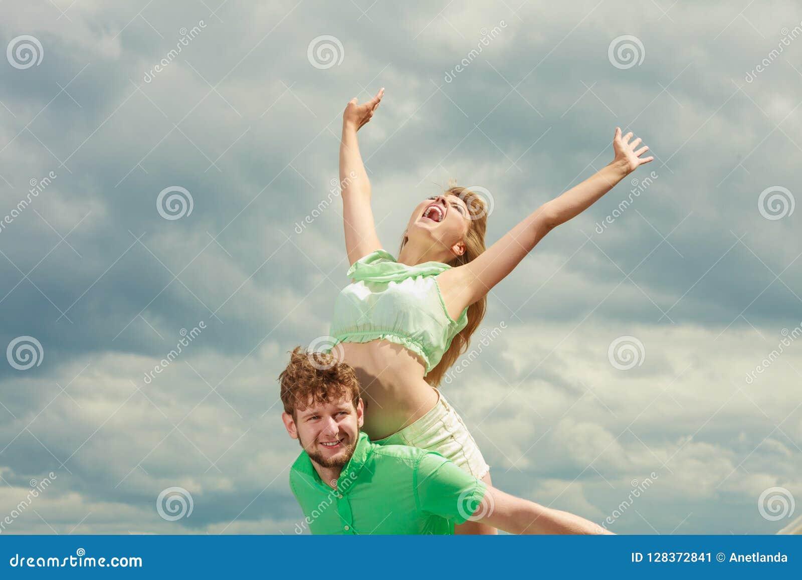 Paar in liefde die pret op overzeese pijler hebben