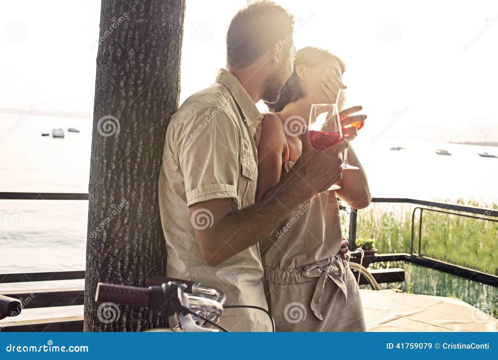 Paar in liefde die spritz tijd met meermening hebben