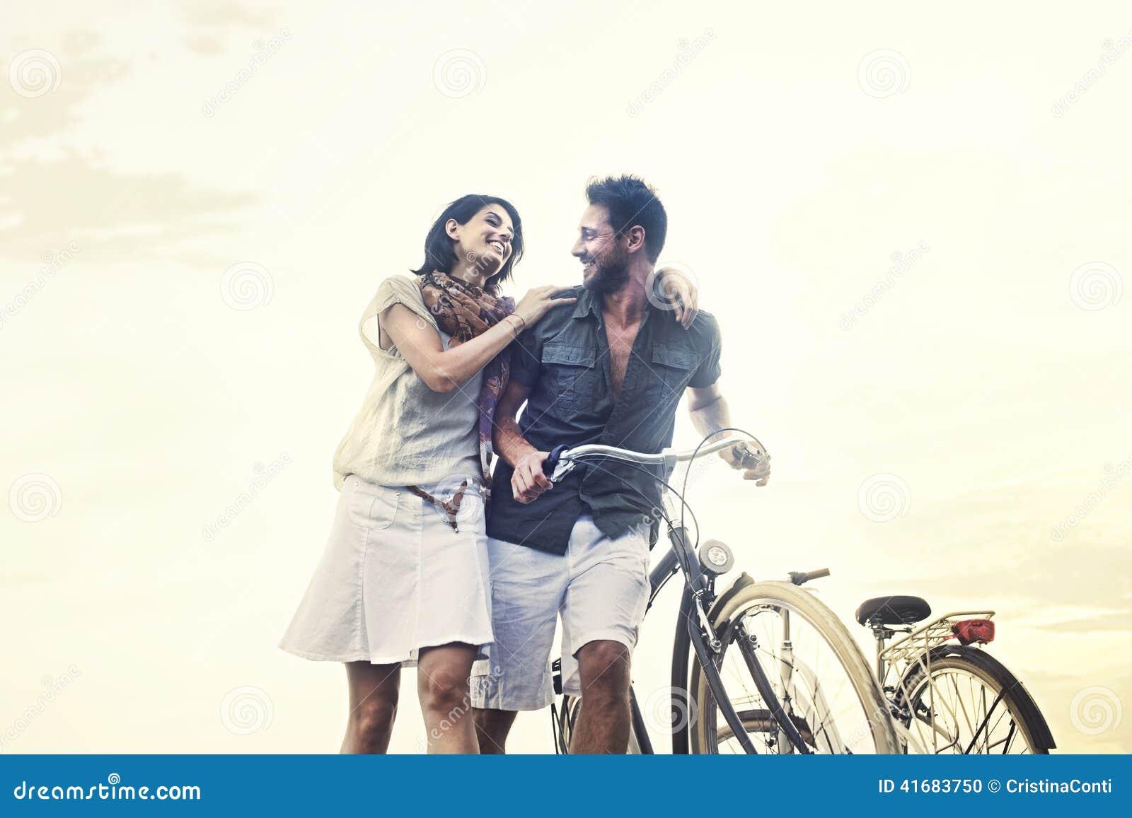 Paar in liefde duwende fiets samen