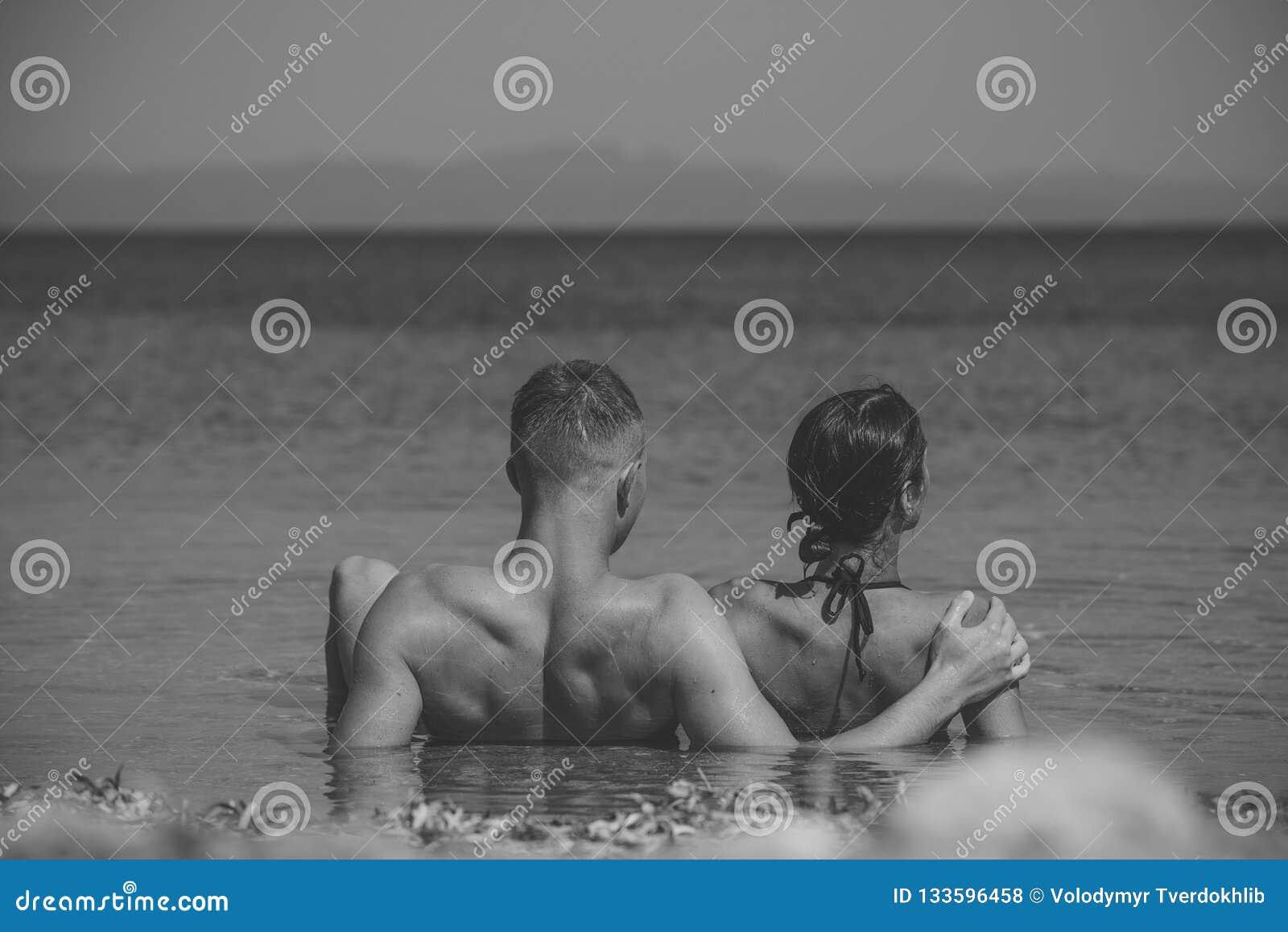 Paar in liefde het ontspannen op vakantie, wittebroodsweken Het gelukkige paar ontspannen, zon het looien op strand, liggend in w
