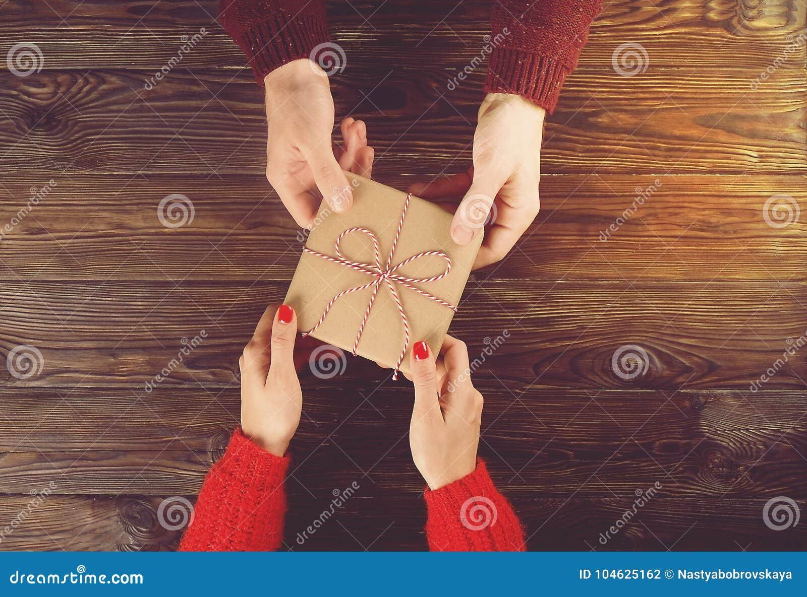 Download Paar In Liefde Man Beeld Van De De Hand Het Hoogste Mening Van De Greepvrouw ` S Op Houten Achtergrond Stock Foto - Afbeelding bestaande uit greep, hand: 104625162