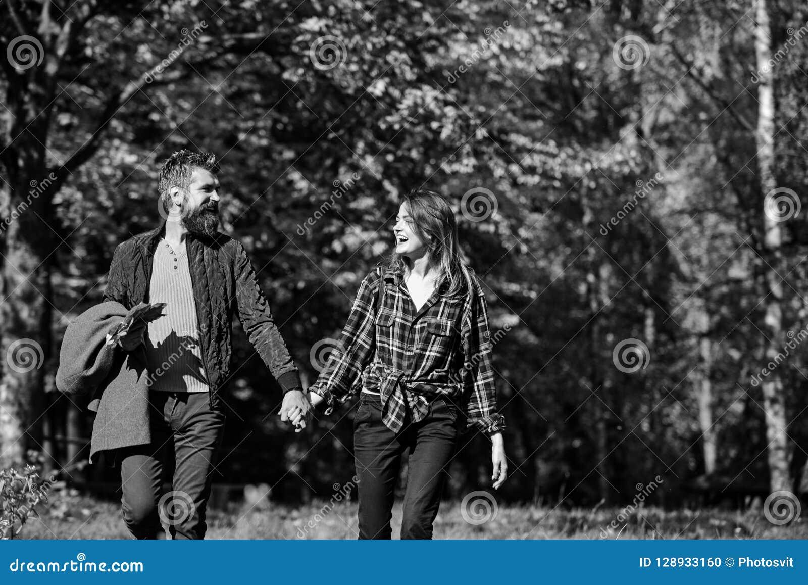 Paar in liefdegangen in de herfstpark Verhouding en daling