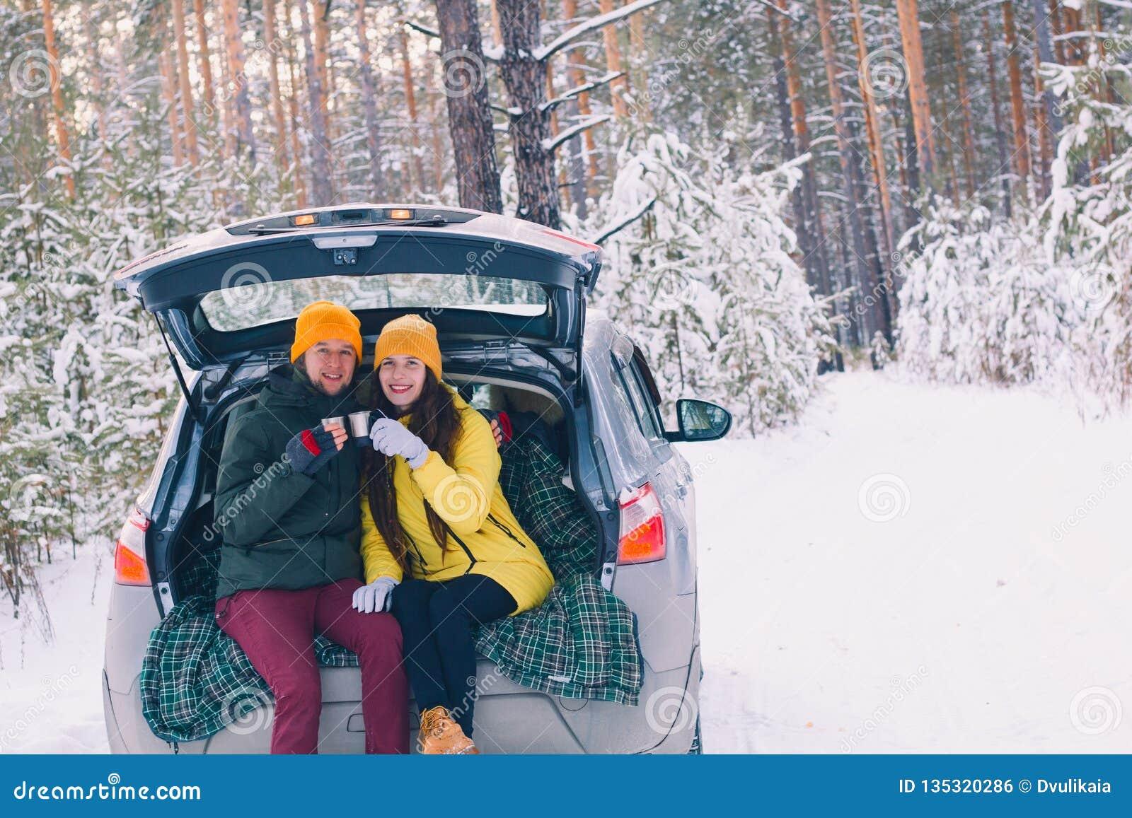 Paar in liefdezitting in een auto met een open boomstam
